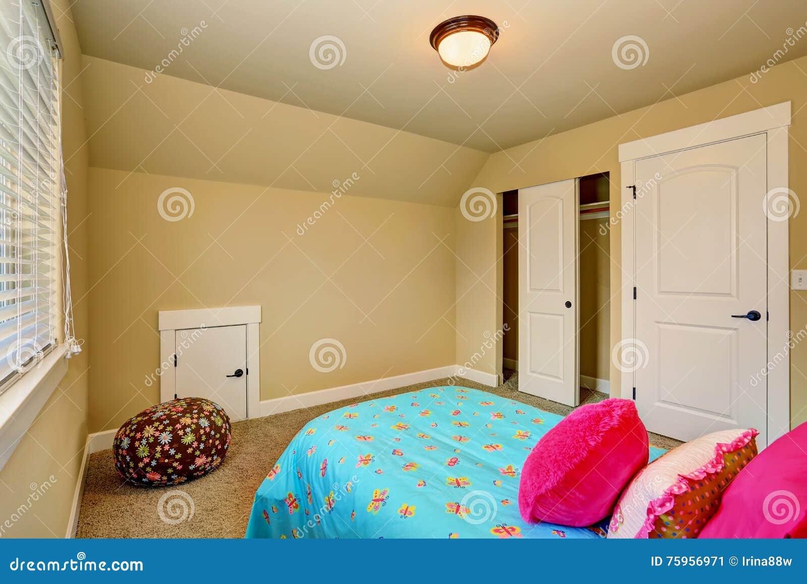 Het grote beige binnenland van de meisjesslaapkamer met roze bed