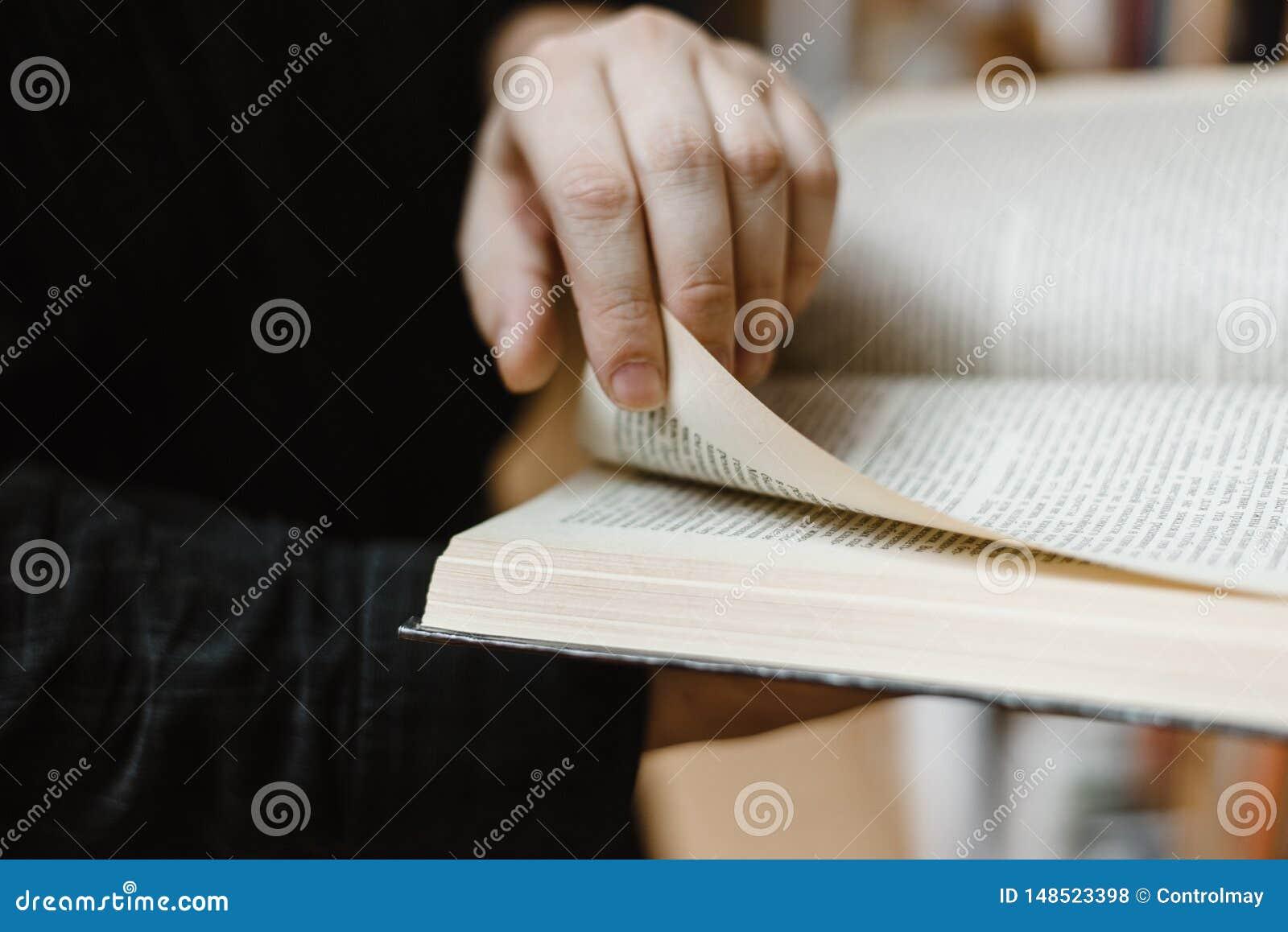 Het grote boek van dient dit boek in zal draaien de pagina aan het volgende hoofdstuk