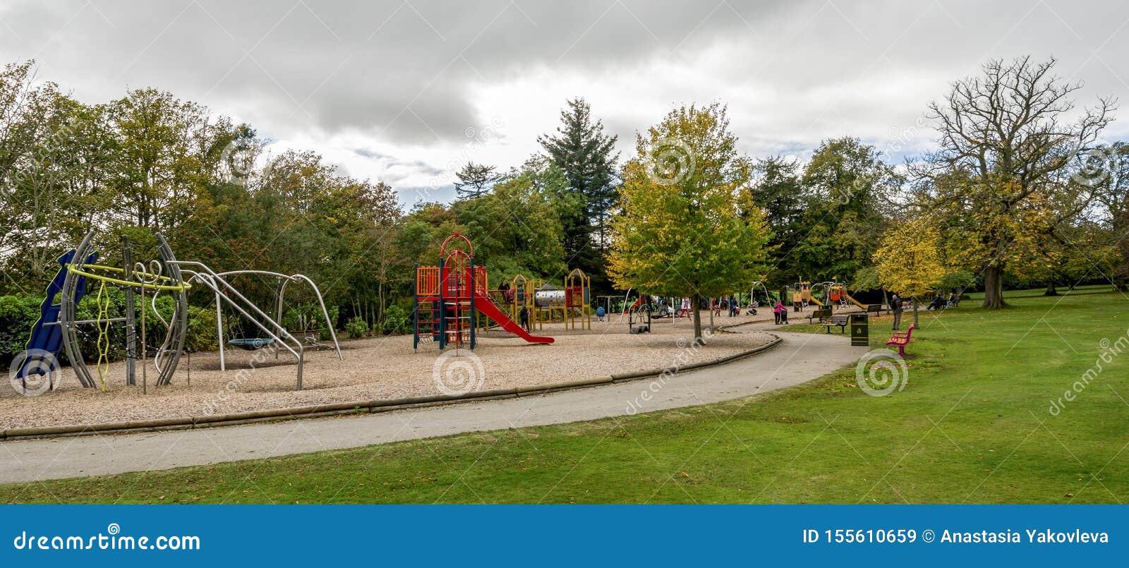 Het grote gebied van de kinderenspeelplaats met dia s, bars, schommeling en ander materiaal in Hazlehead-park, Aberdeen, Schotlan
