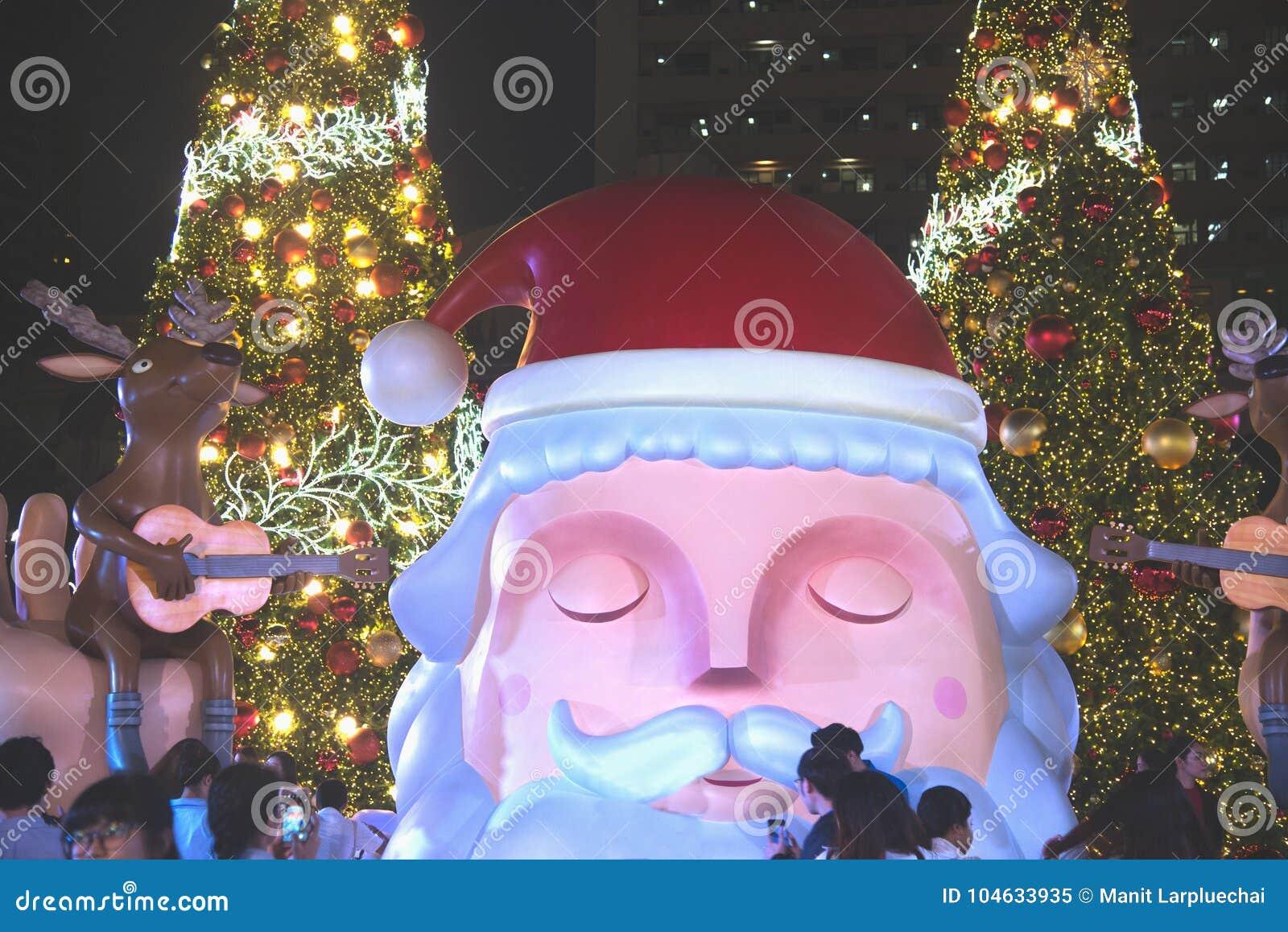 Download Het Grote Kerstmanstandbeeld Op Decoratie Bij Kerstmis En Nieuwjaarviering Redactionele Afbeelding - Afbeelding bestaande uit gebeurtenis, concept: 104633935