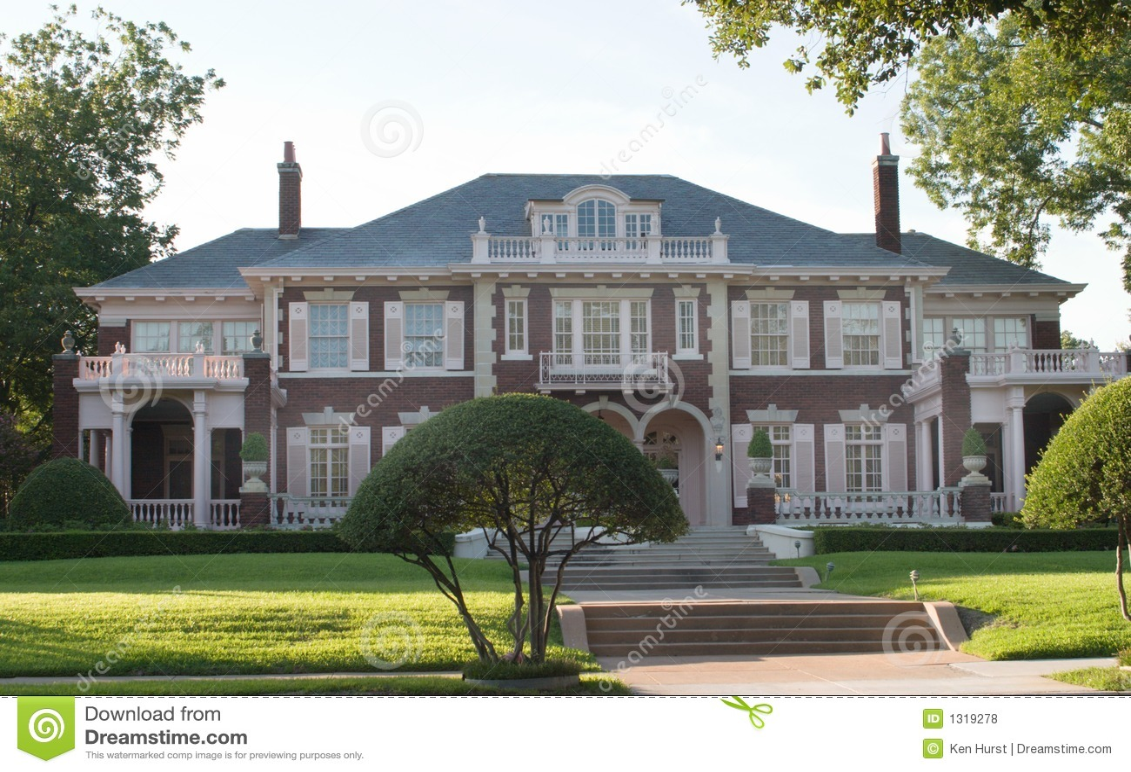 Het grote stedelijke koloniale huis van de stijl royalty vrije stock foto 39 s afbeelding 1319278 - Koloniale stijl kantoor ...