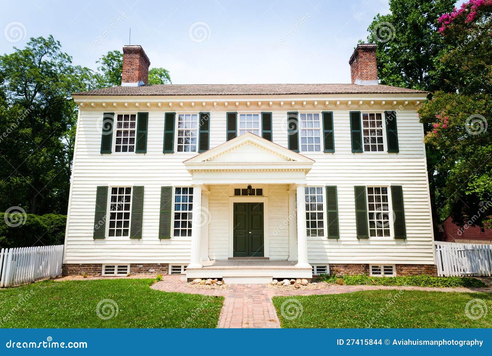 het grote witte koloniale huis van de stijl stock foto afbeelding bestaande uit vroeg. Black Bedroom Furniture Sets. Home Design Ideas