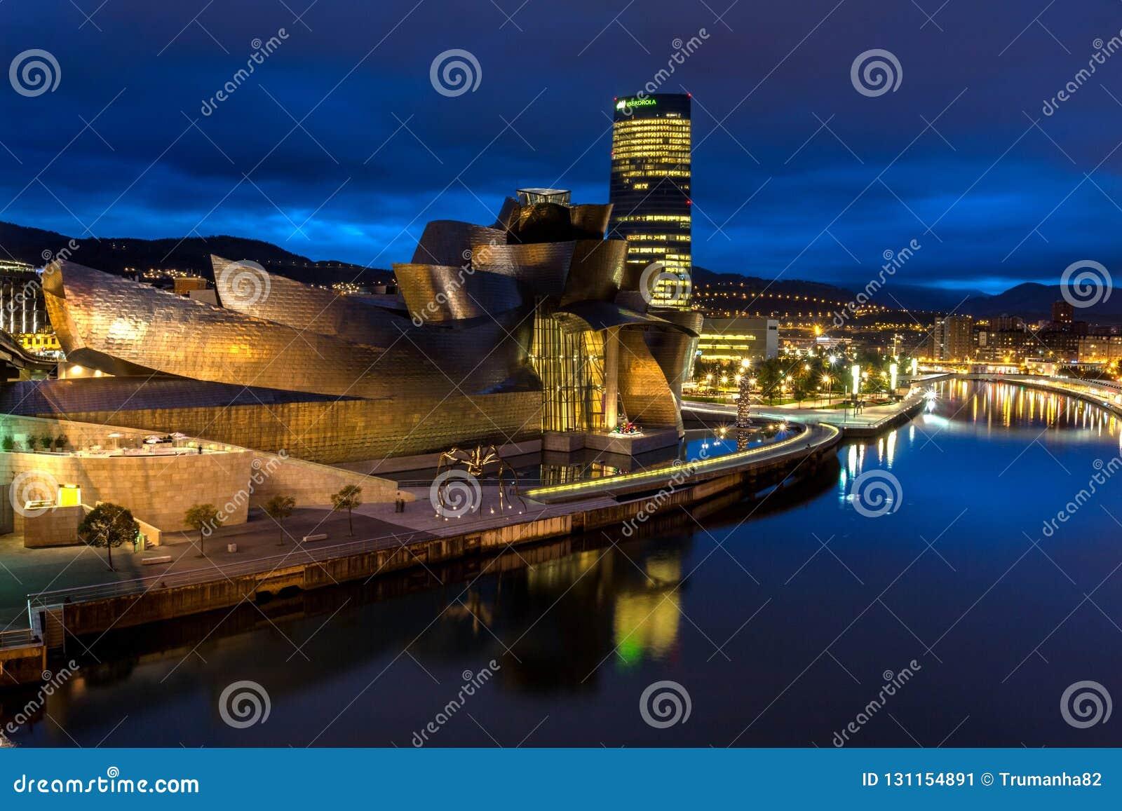 Het Guggenheim-Museum  s nachts Bilbao