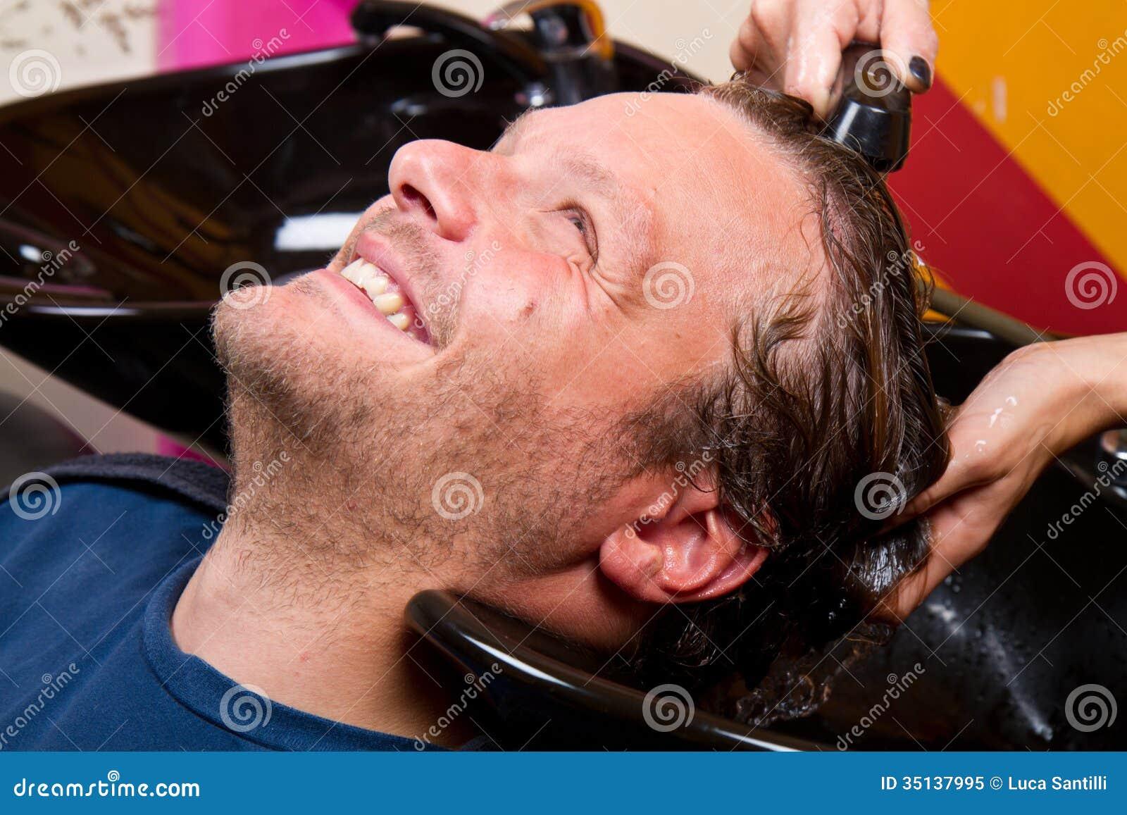 Het haar van de wasmens in de herenkapper van de schoonheidswoonkamer