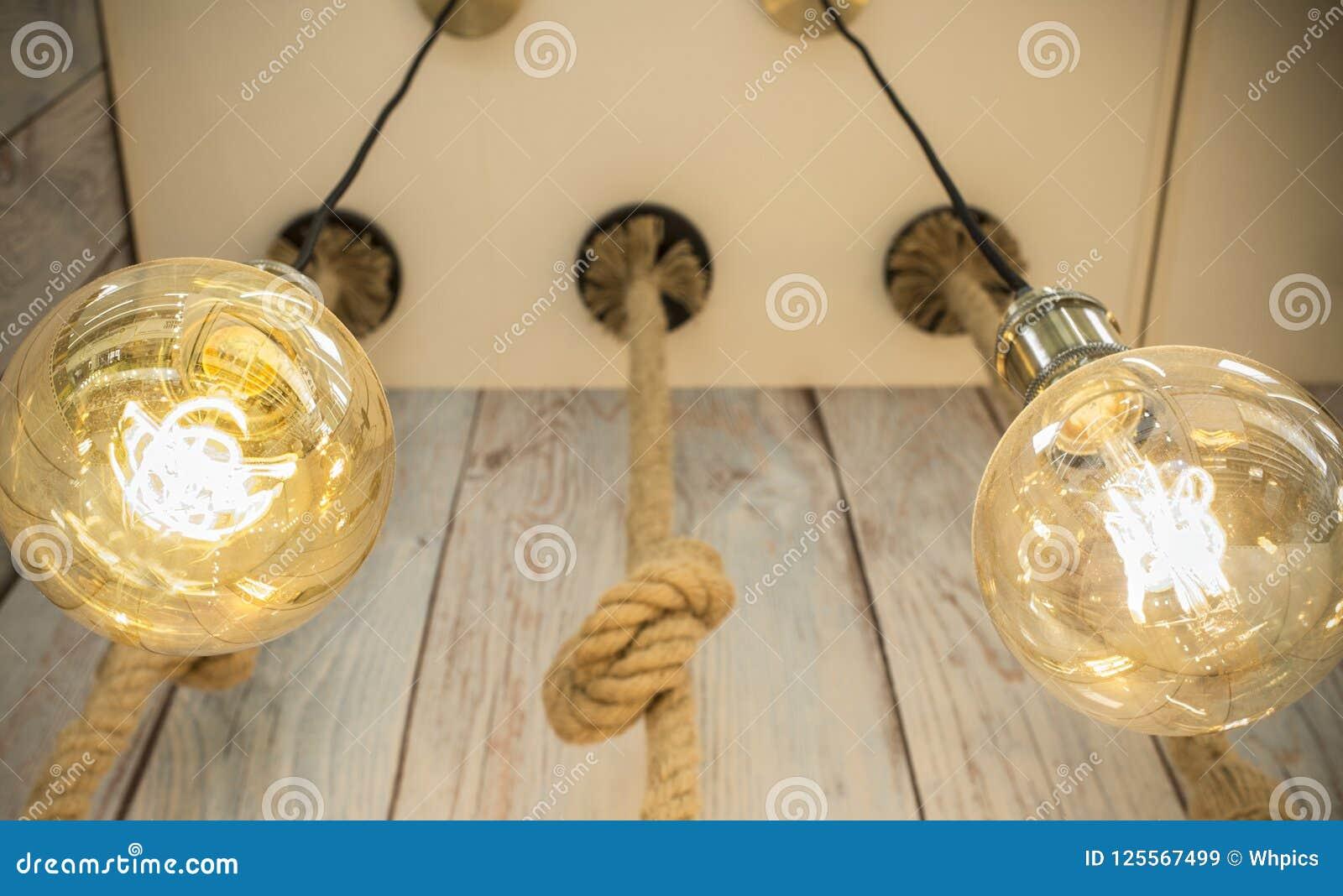 Het hangen van gloeilampen over doorstane houten achtergrond