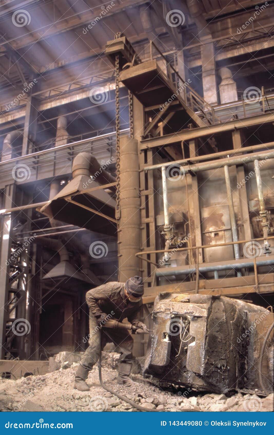 Het hardste werk in wereld Moeilijke arbeidsvoorwaarden Zeer riskant van verwondingen in werkplaats Onbeschermde arbeider die har