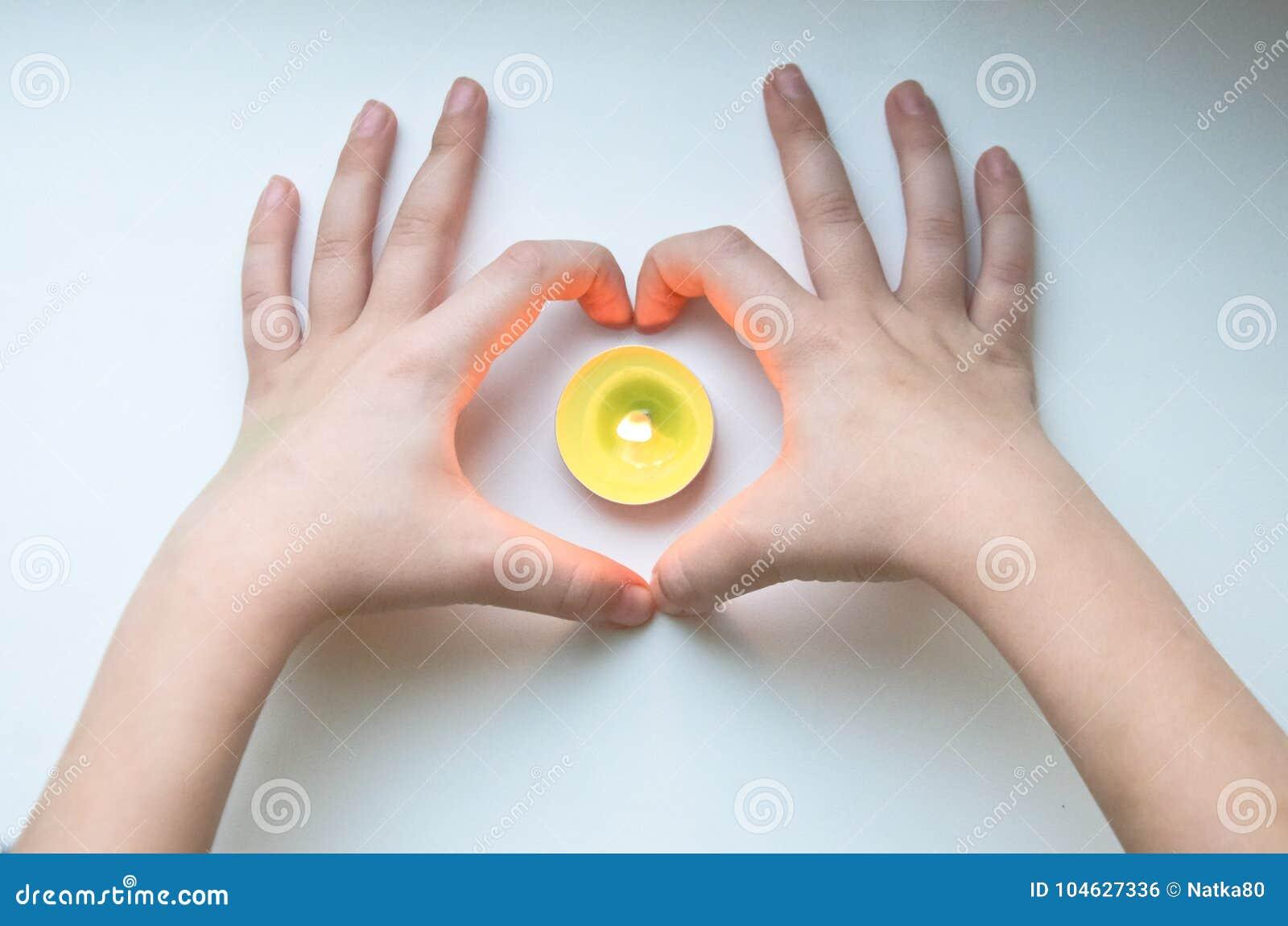 Download Het Hartkaars Van De Babyhand Stock Foto - Afbeelding bestaande uit conceptueel, holding: 104627336
