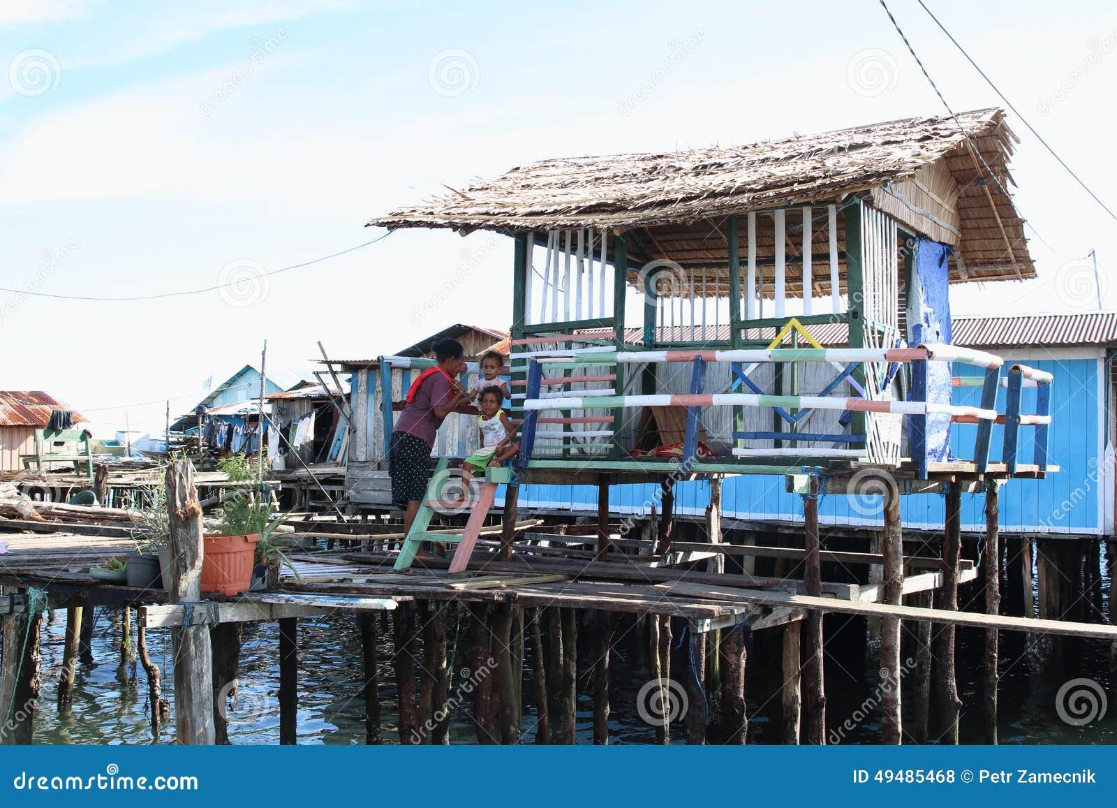 Het hebben van rust in schaduw van kleurrijke huizen boven overzees