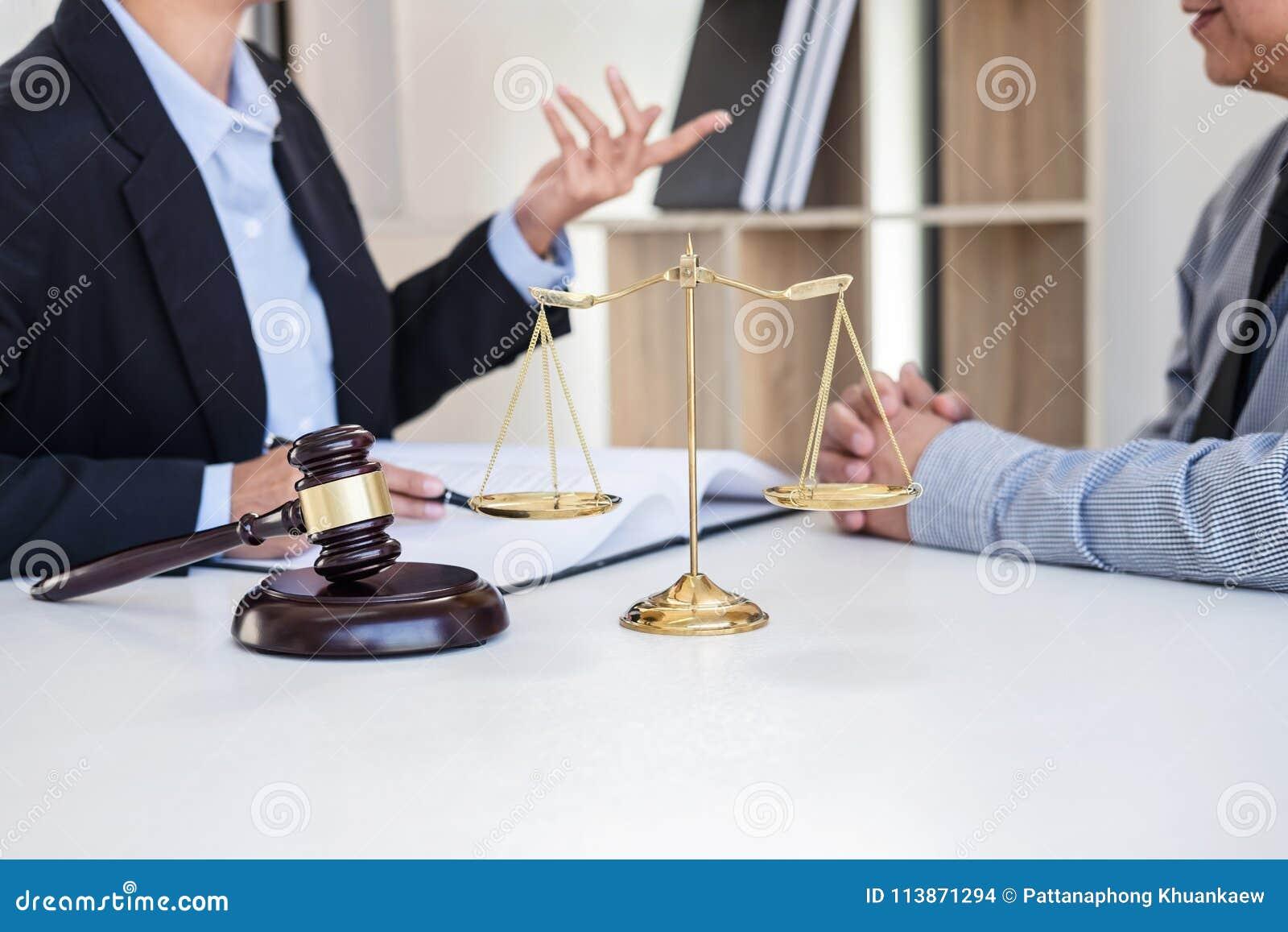 Het hebben van vergadering met team bij advocatenkantoor, Overleg tussen een wisselmarkt