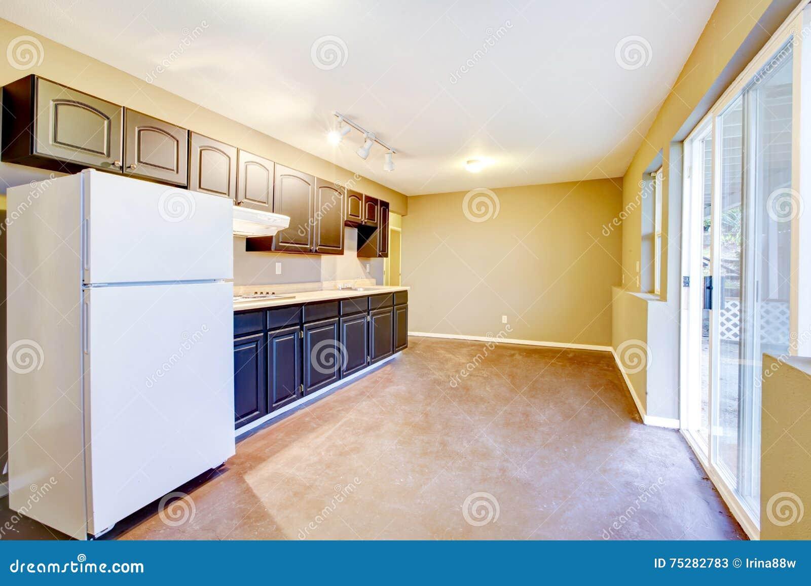 Het heldere beige binnenland van de keukenruimte in oud huis stock