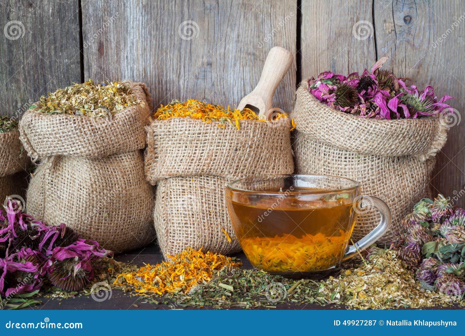 Het helen van kruiden in jutezakken en gezonde theekop