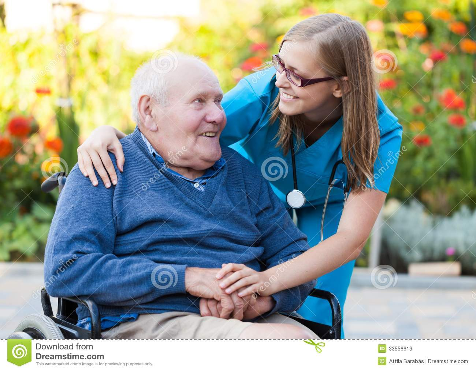 Het helpen van een oude mens