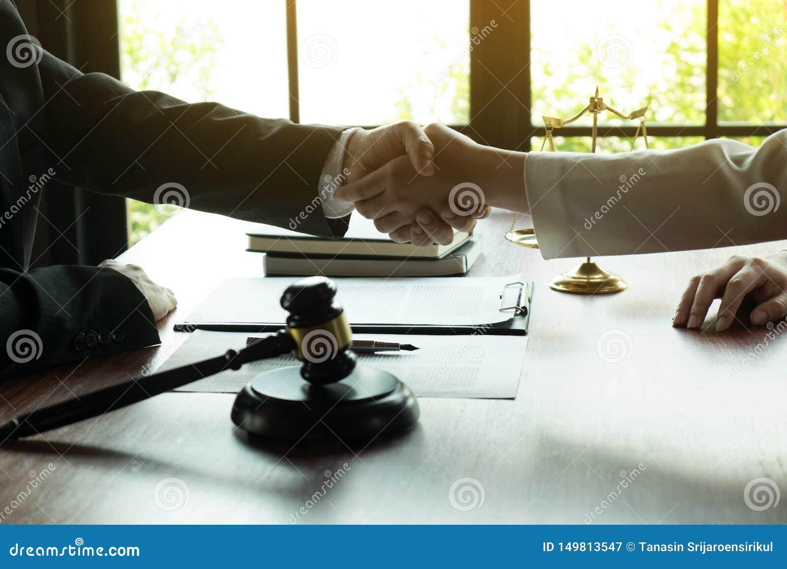 Het helpen van Hand Bedrijfsmensen die handen schudden, die omhoog een vergadering, de onderhandeling van de Succesovereenkomst b