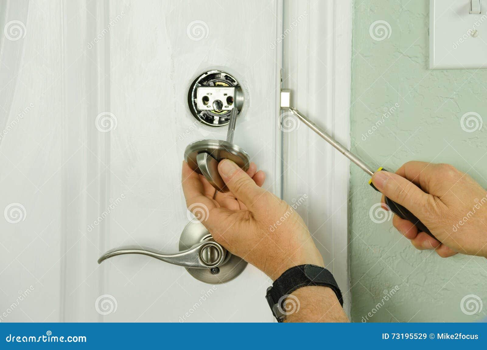 Het herstellen installerend deur deadbolt slot op huisclose-up