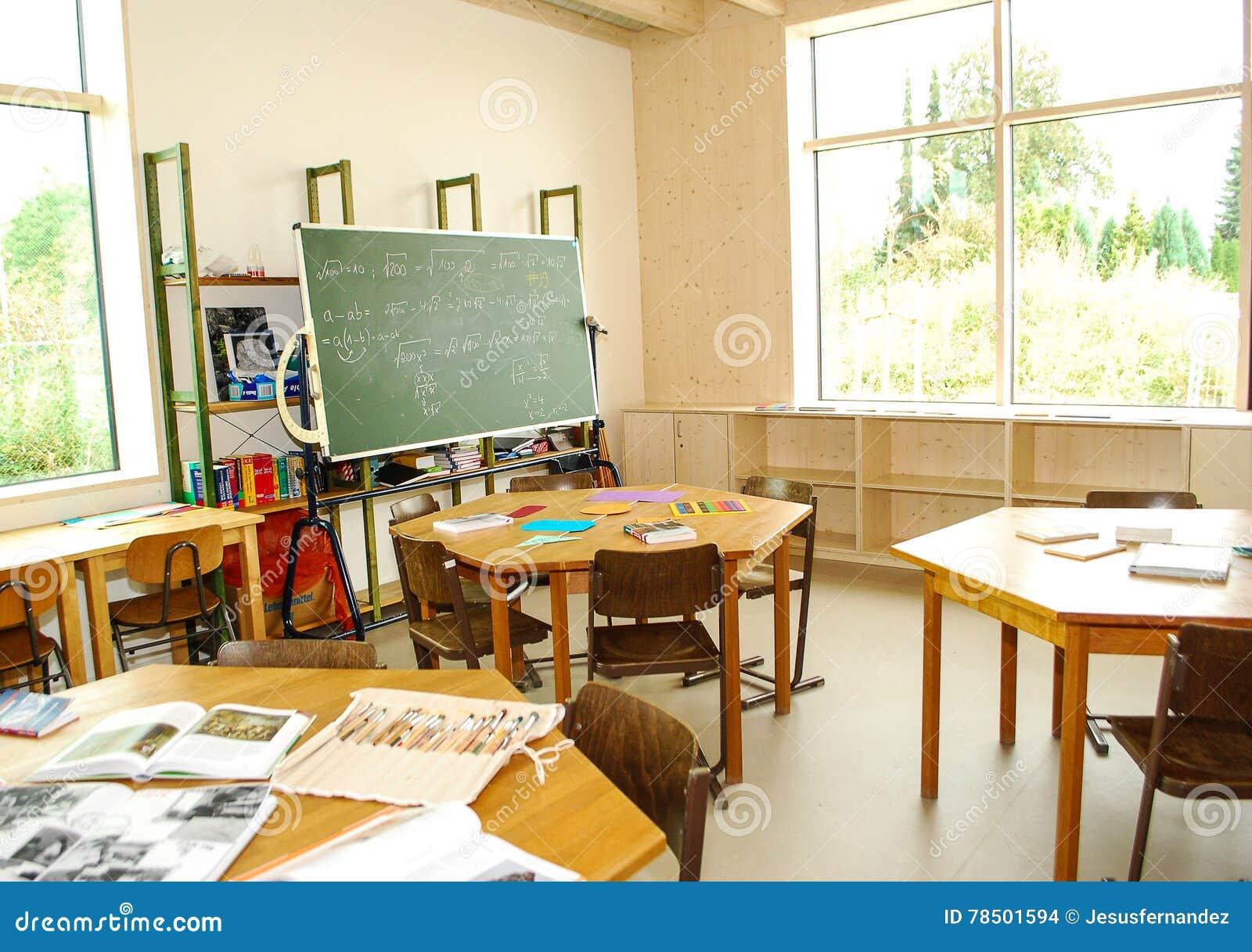 Het het onderwijsmateriaal ligt op bureaus in een klasse