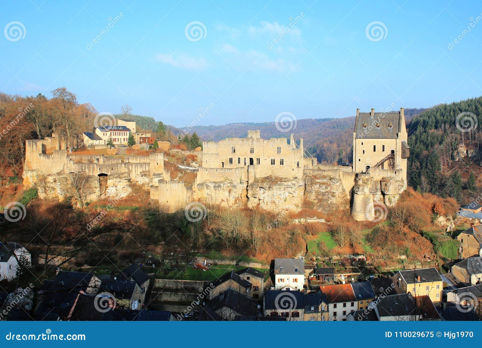 Het historische Kasteel Larochette op de heuveltop boven het dorp in Luxemburg,