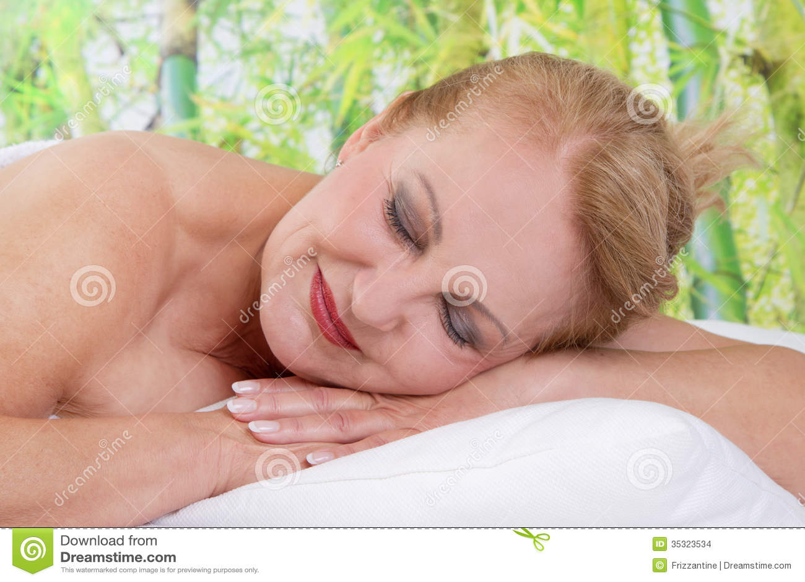 Het hogere dame ontspannen in massage
