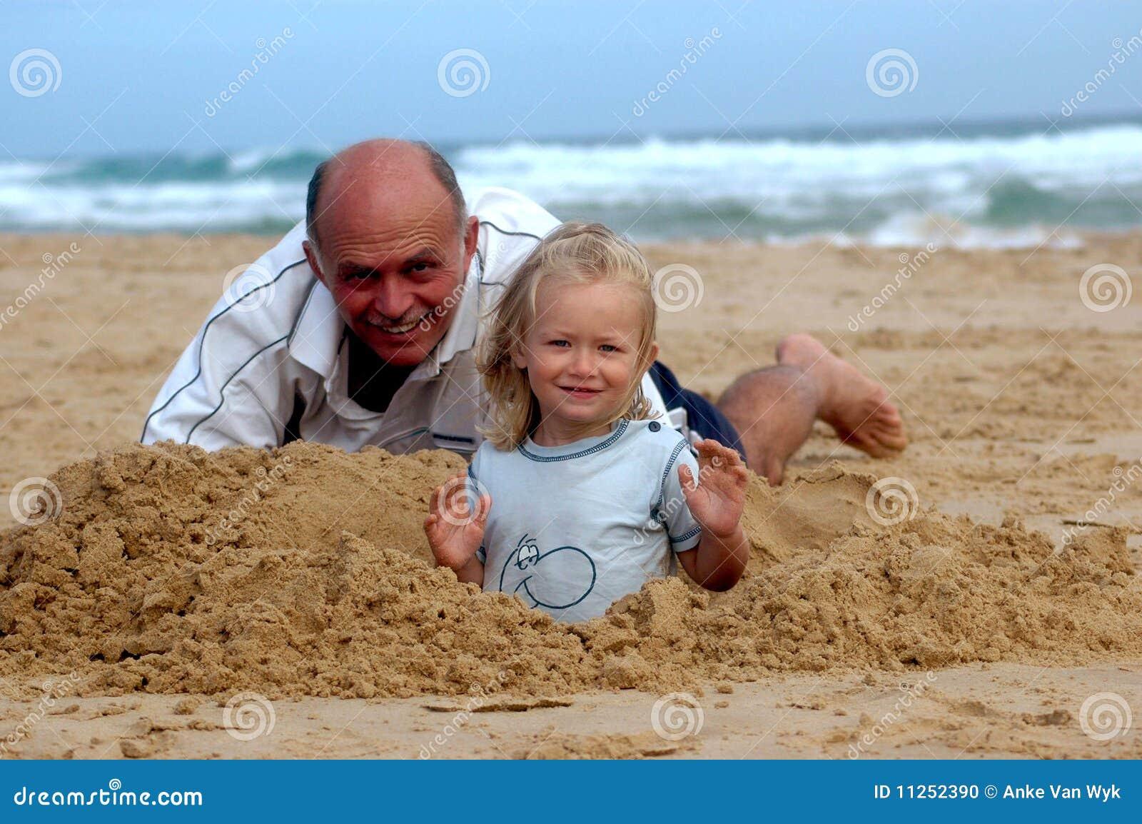 Het hogere mens spelen met kind