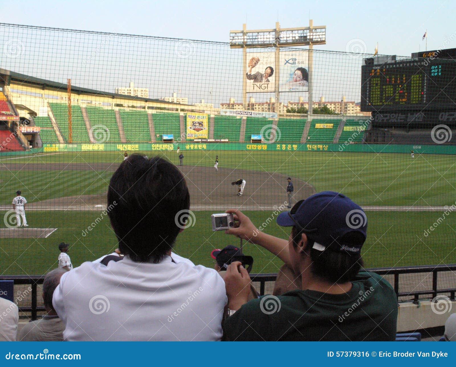 Het honkbalspel van ventilatorfoto s met digitale camera