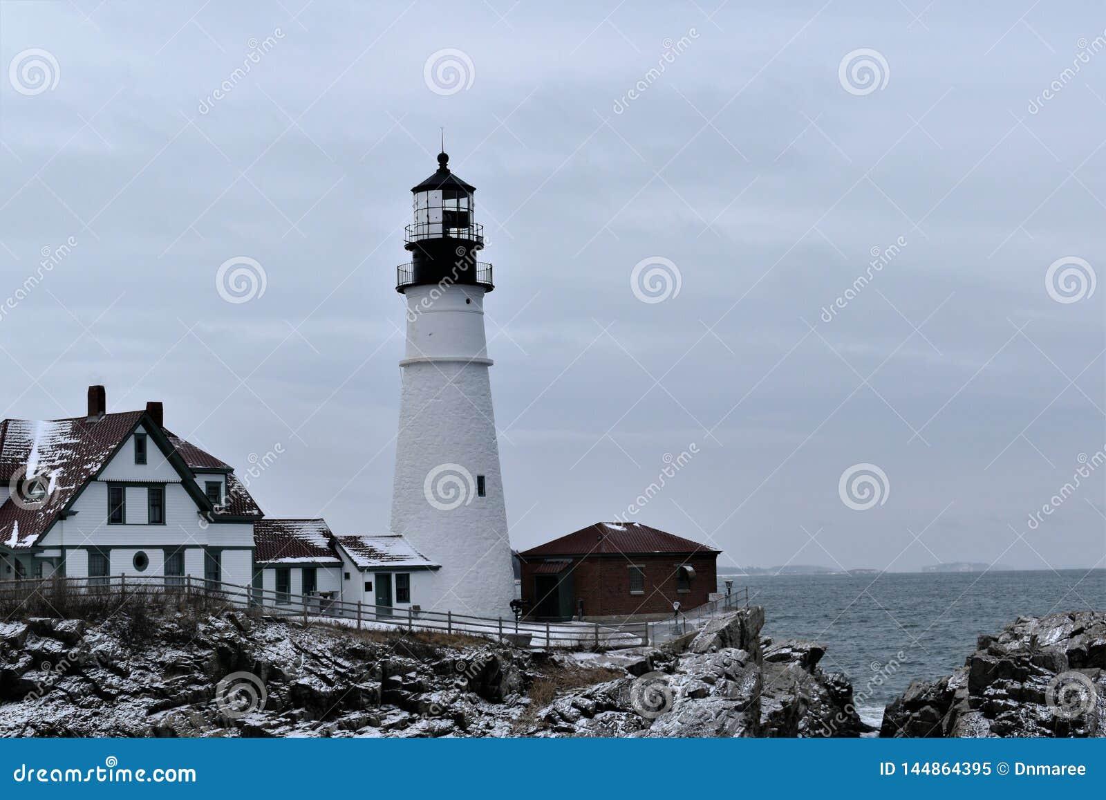 Het Hoofd Lichte en omringende landschap van Portland op Kaap Eiizabeth, de Provincie van Cumberland, Maine, Verenigde Staten New
