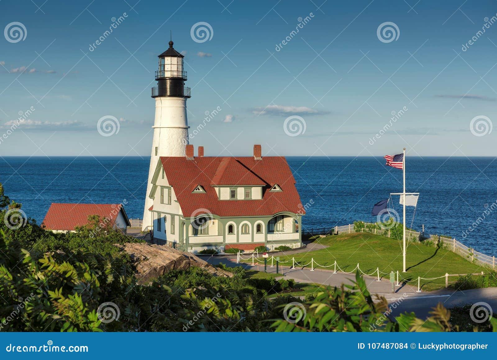 Het Hoofdlicht van Portland bij zonsondergang in Kaap Elizabeth, Maine, de V.S.