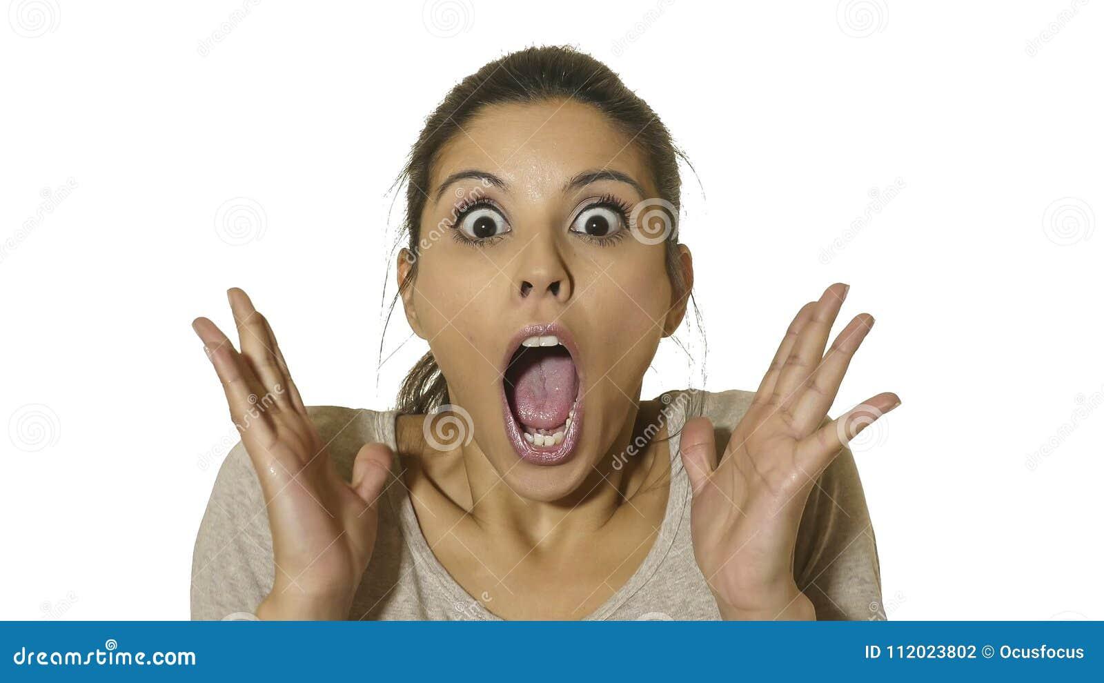 Het hoofdportret van jonge gelukkige en opgewekte Spaanse vrouwenjaren  30 in verrassing en de verbaasde ogen en de mond wijd ope