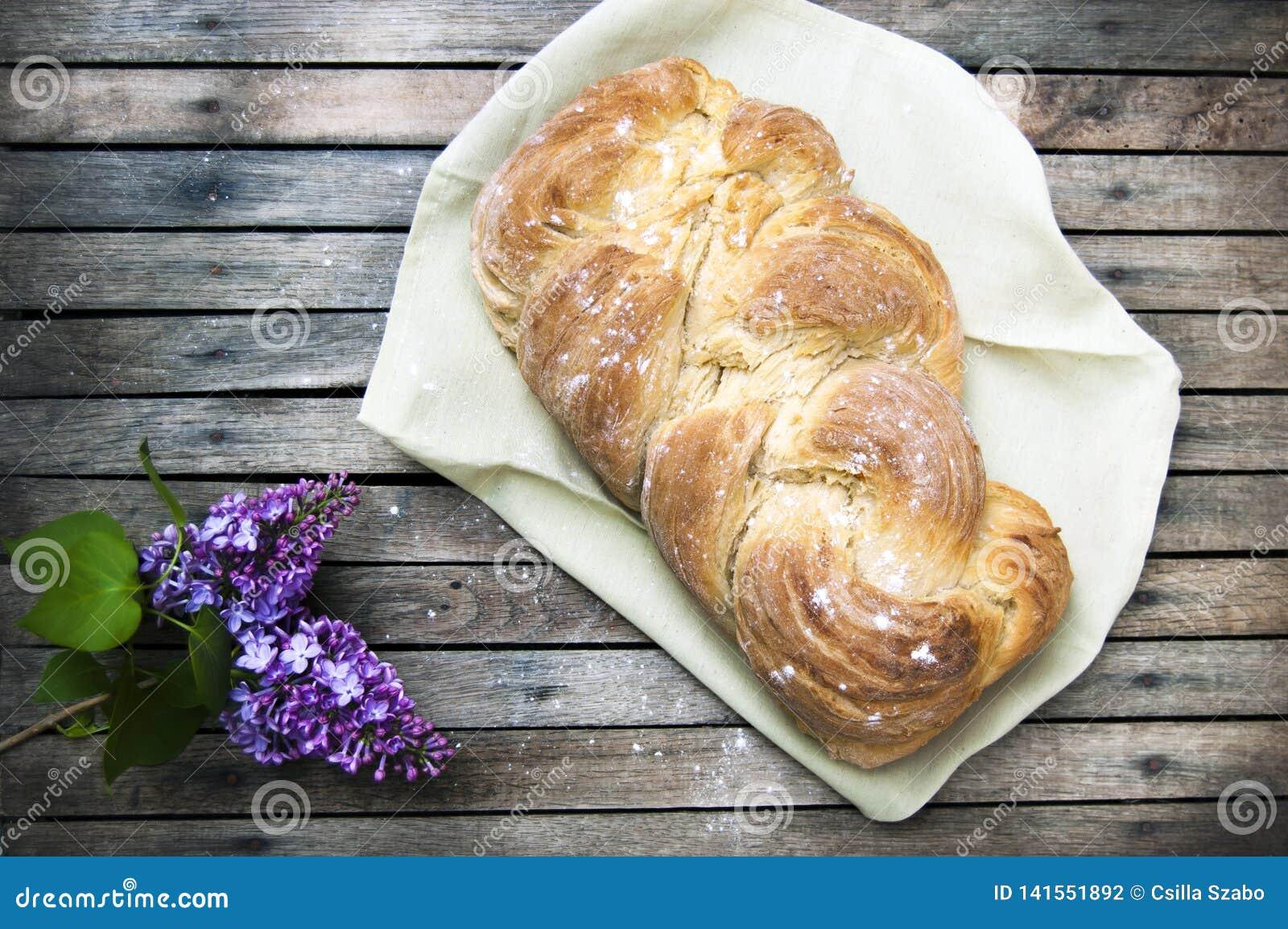 Het hoogste schot, sluit omhoog van vers gebakken eigengemaakt veganist gevlecht brood op een houten, rustieke lijstachtergrond,