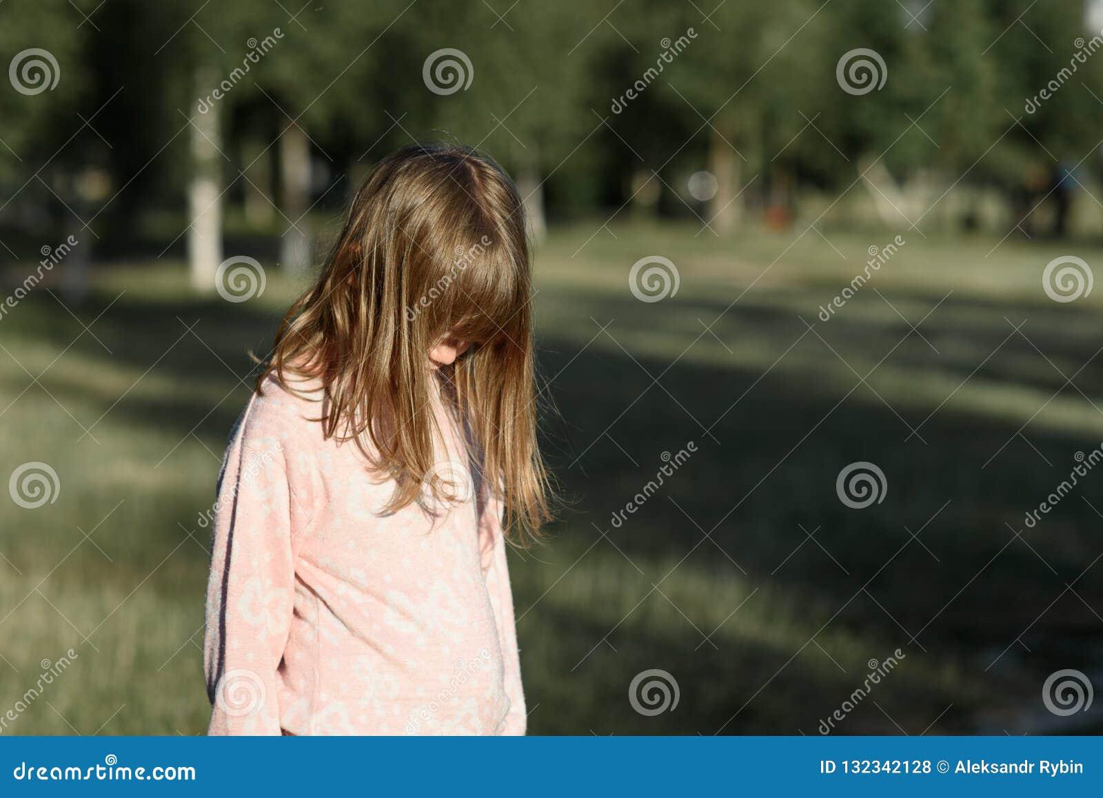 Het horizontale geschotene zijaanzicht van bevindend meisje, een tiener denkt