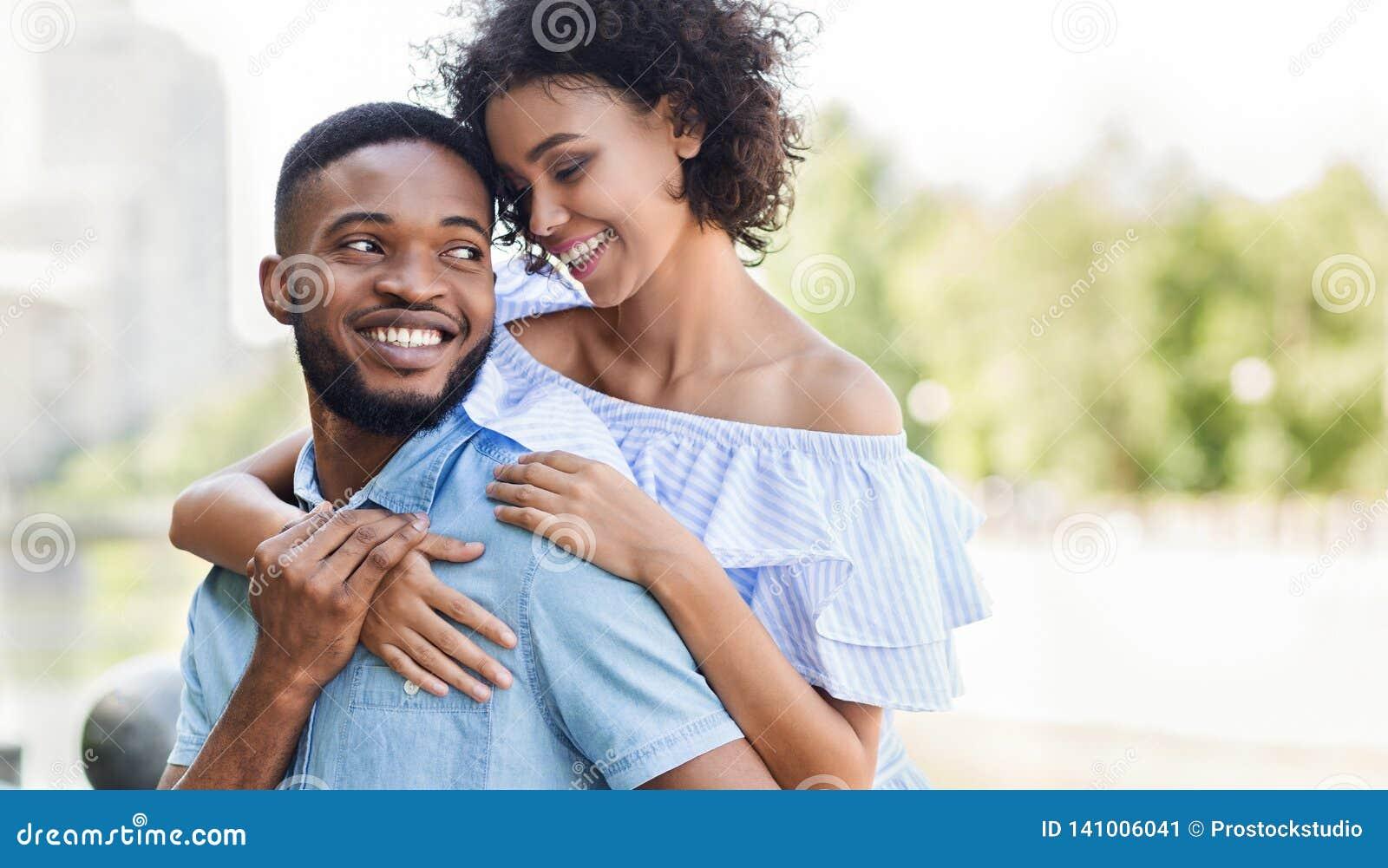 Het houden van van Afrikaans-Amerikaans paar die in liefde in park koesteren