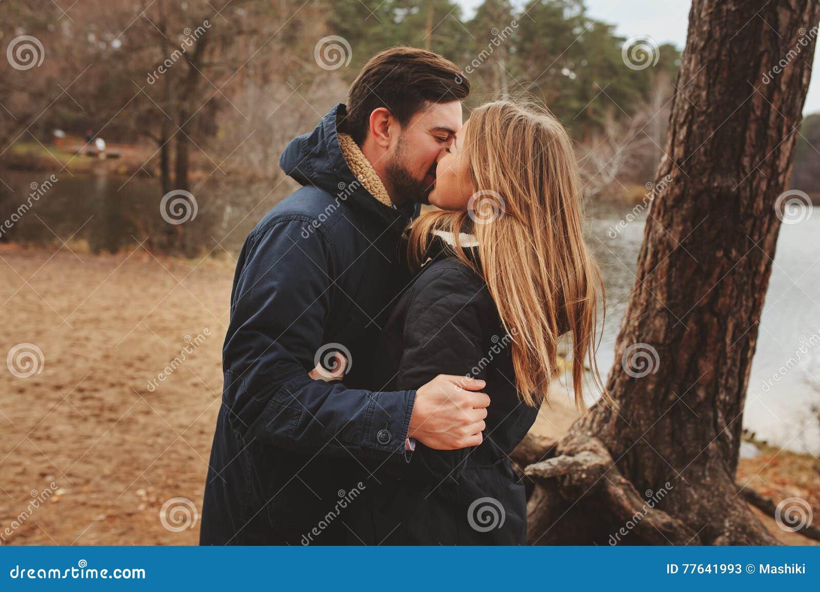 Het houden van jonge paar gelukkige samen openlucht op comfortabele warme gang in de herfstbos