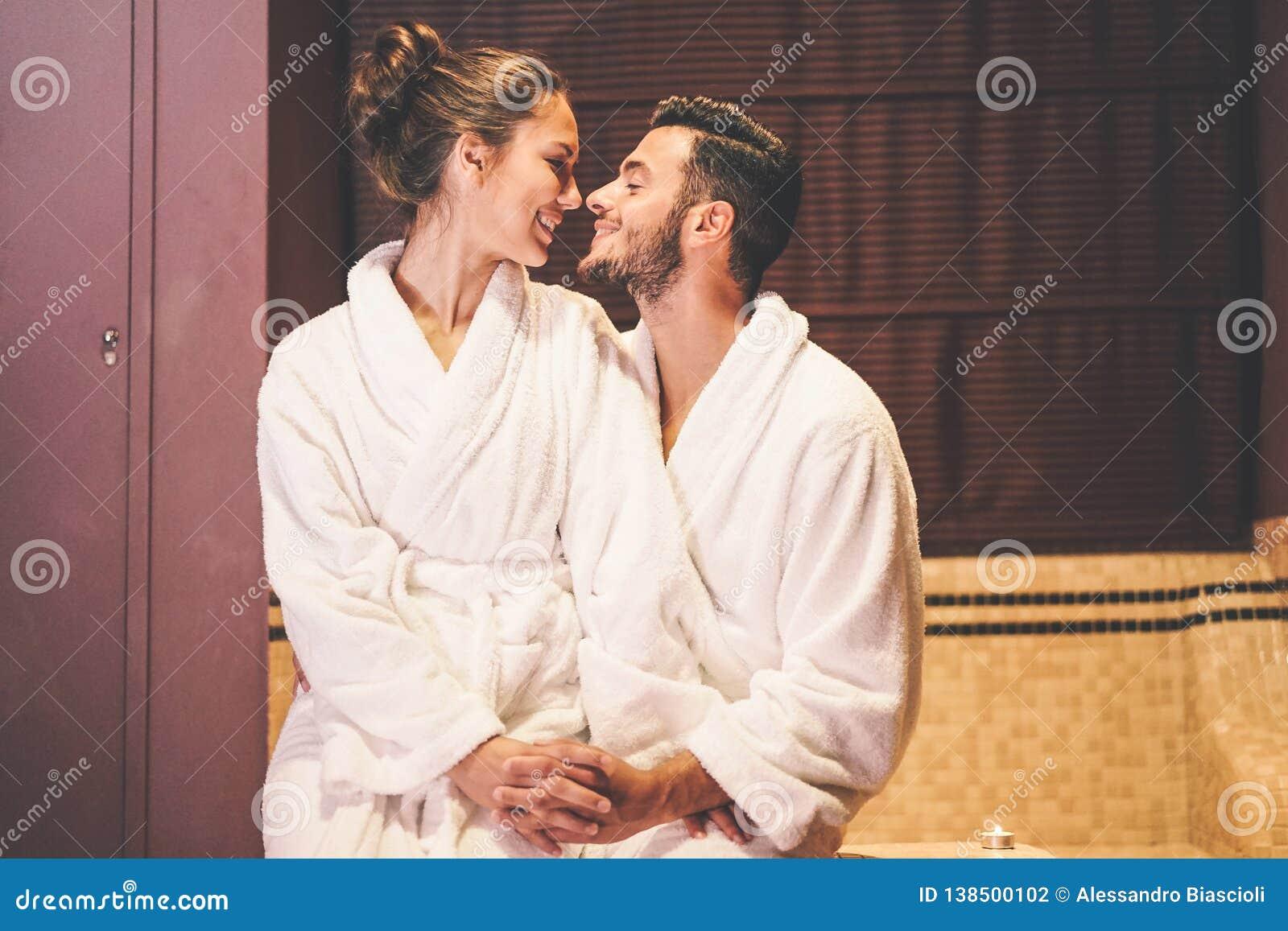 Het houden van paarverhaal die een hartstochtsogenblik in hun vakantiewittebroodsweken hebben - omhels het romantische minnaars k