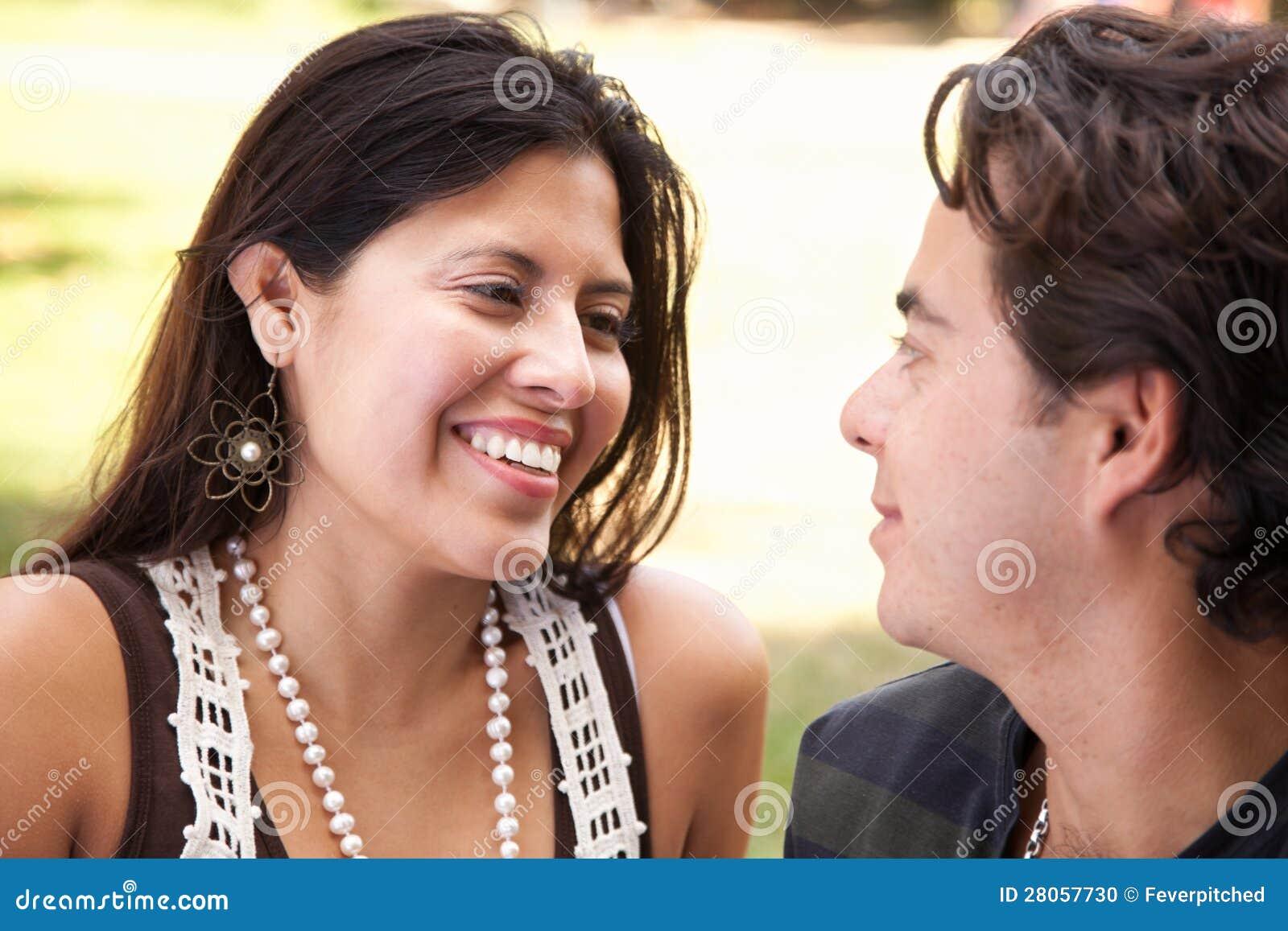 Het houden van van Aantrekkelijk Spaans Paar bij het Park