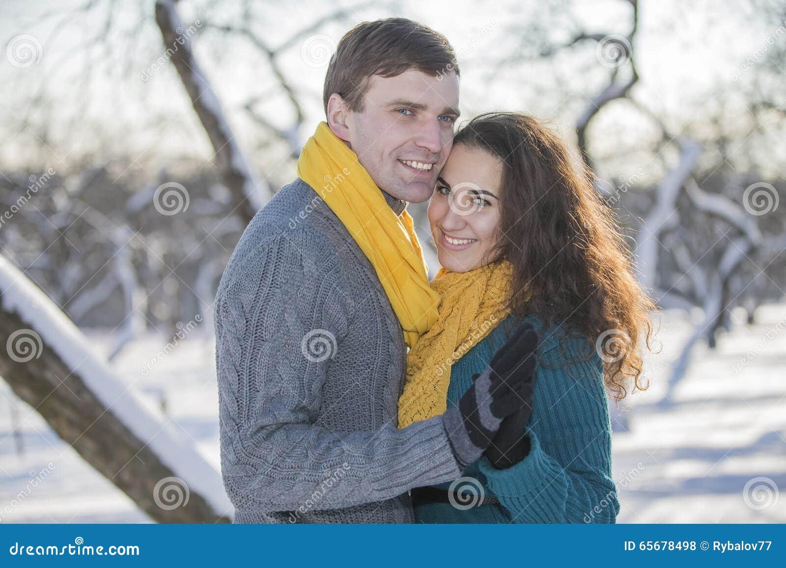 Het houden van van elegant jong paar in de winterkleding