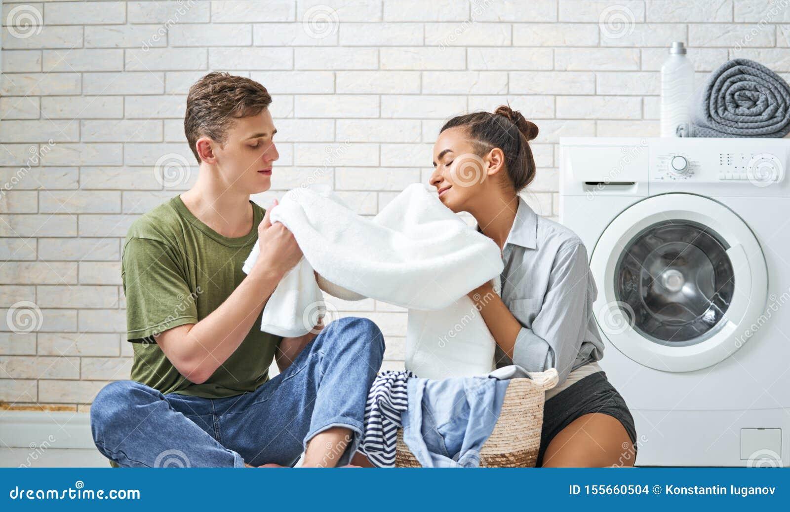 Het houdende van paar doet wasserij