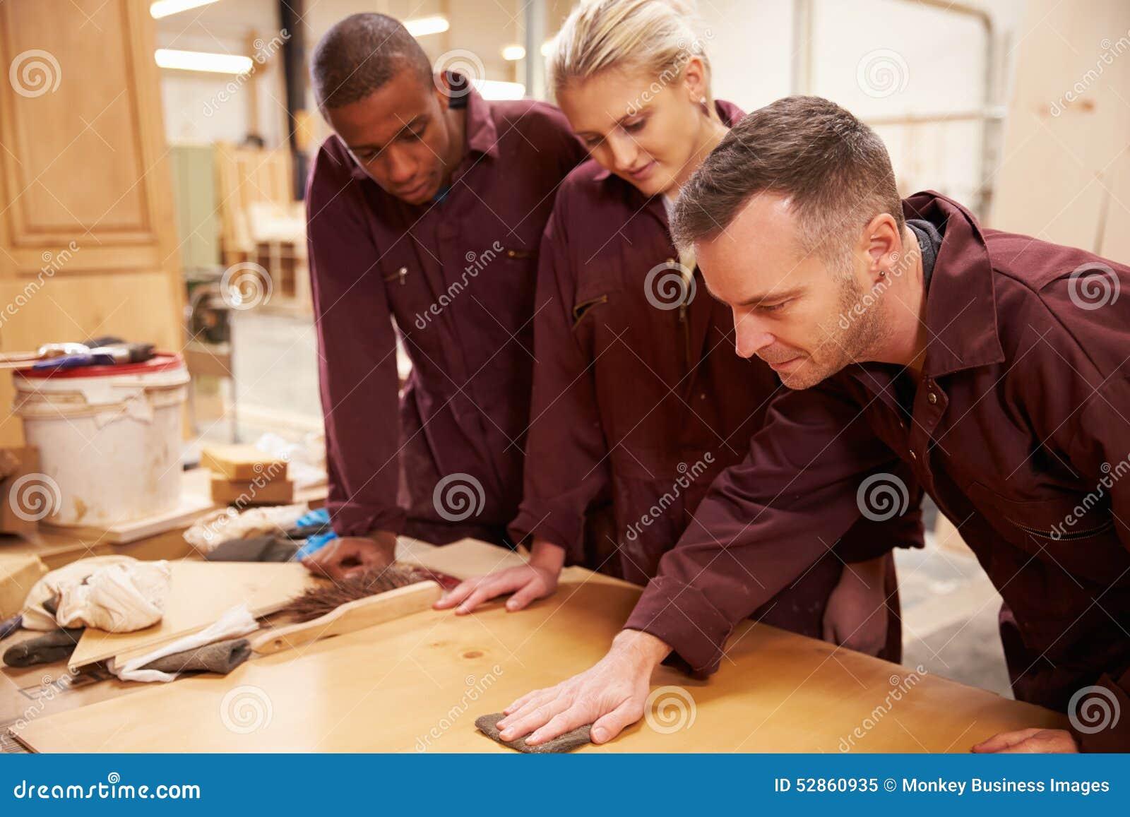 Het Hout van timmermanswith apprentices finishing in Workshop