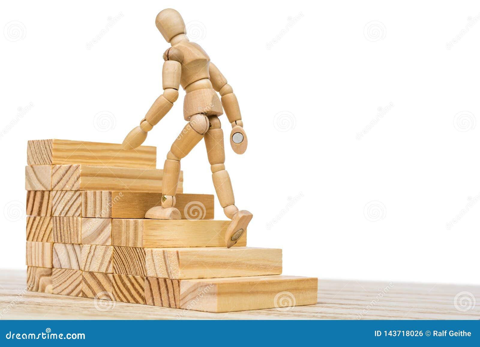 Het houten cijfer beklimt een houten trap als symbool van carrièrevordering