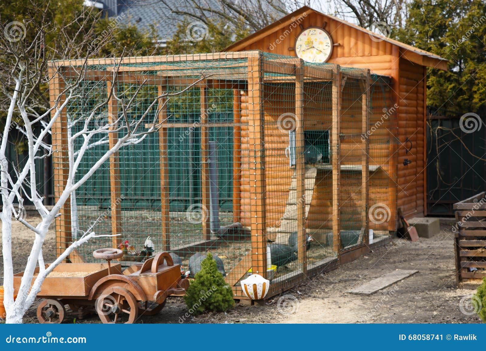 Het houten huis van het kippenhuis op een boerderij stock foto afbeelding 68058741 - Amenager een voorgerecht van het huis ...