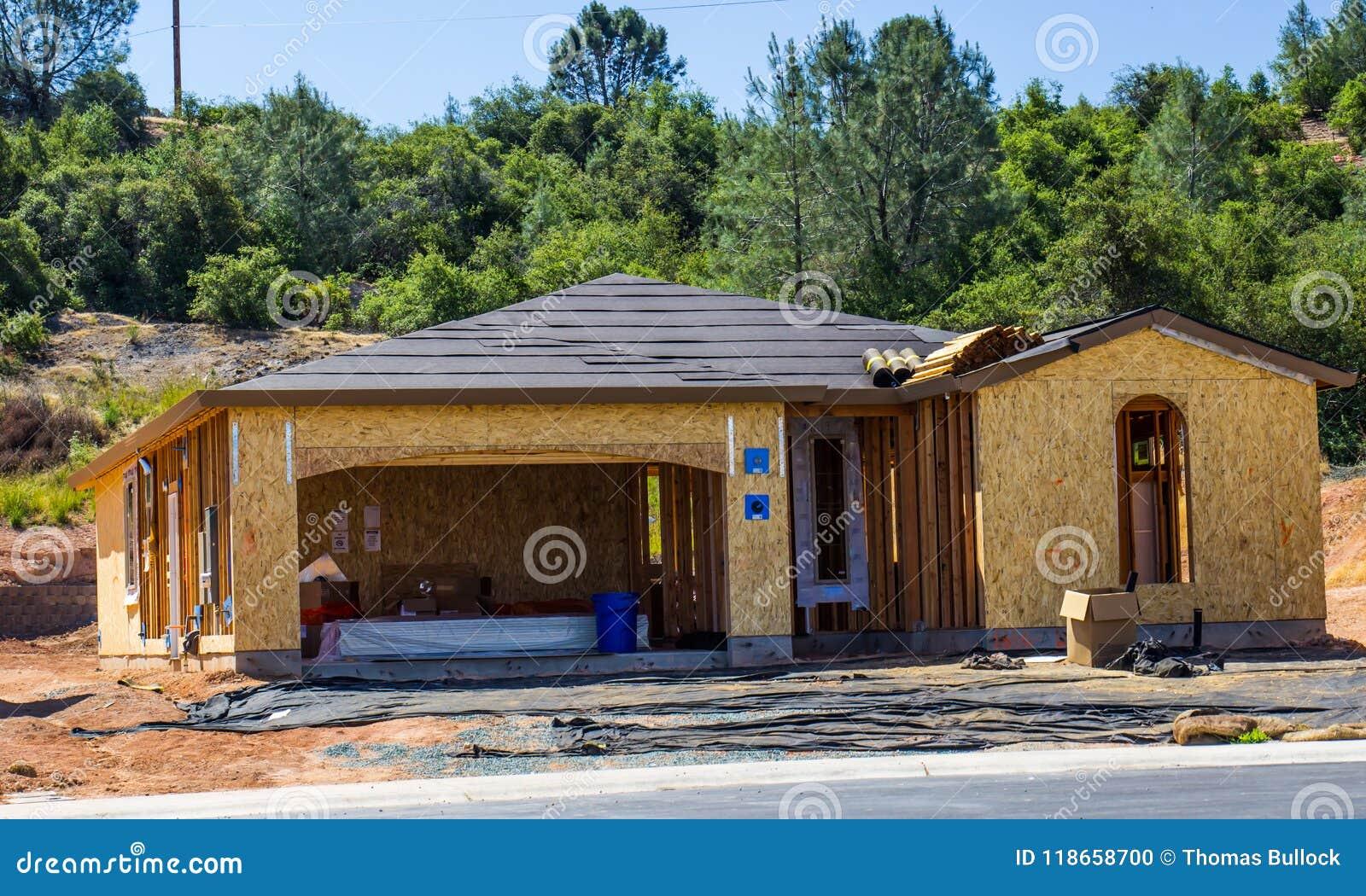 Het houten Ontwerpen van Nieuw Huis in aanbouw
