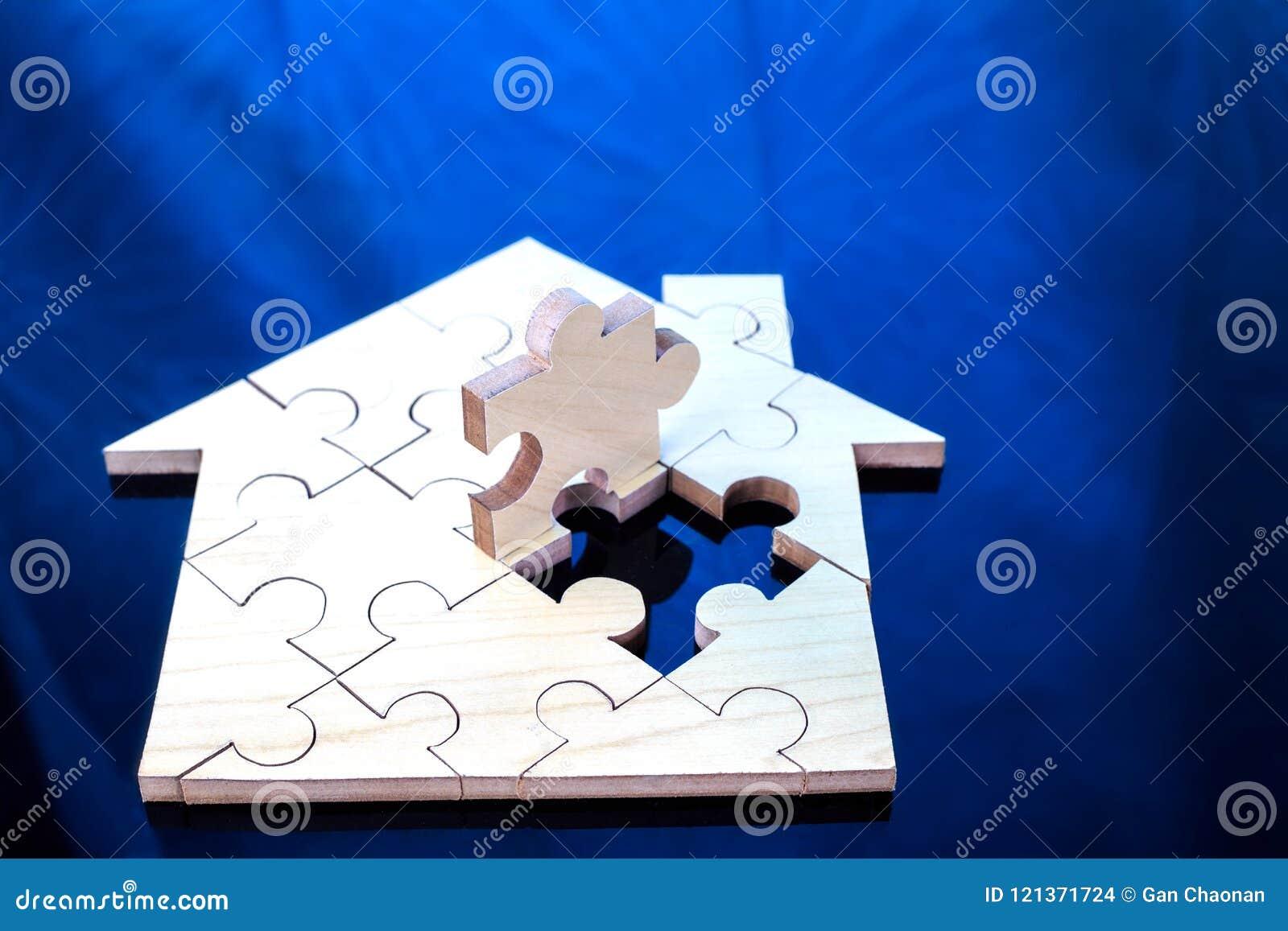 Het houten raadsel wacht om huisvorm voor het huis van de bouwstijldroom of gelukkig het levensconcept voor bezit te vervullen,