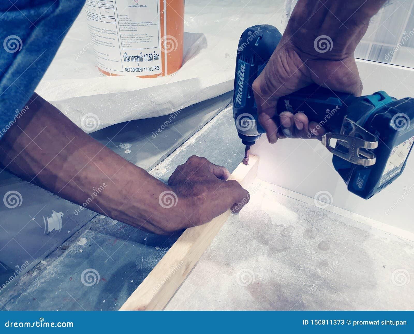 Het houten werk van timmermansInstall