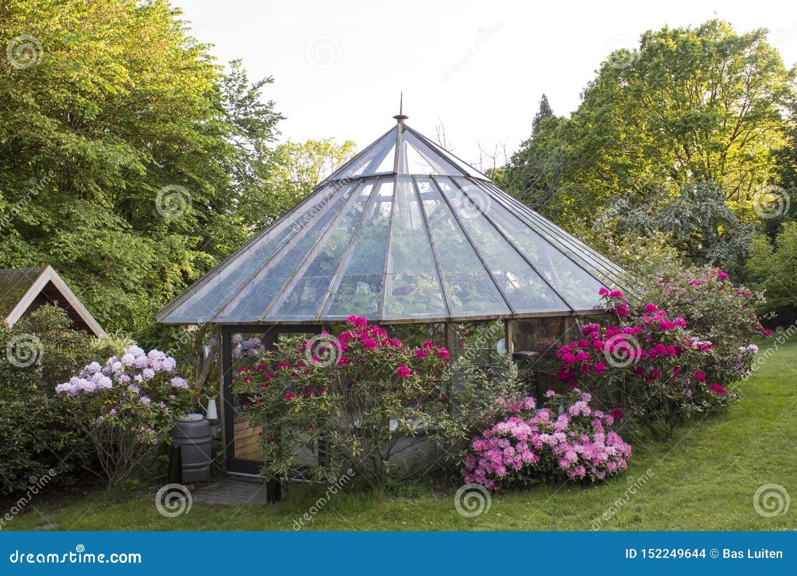 Het huis bouwt serre in een tuin