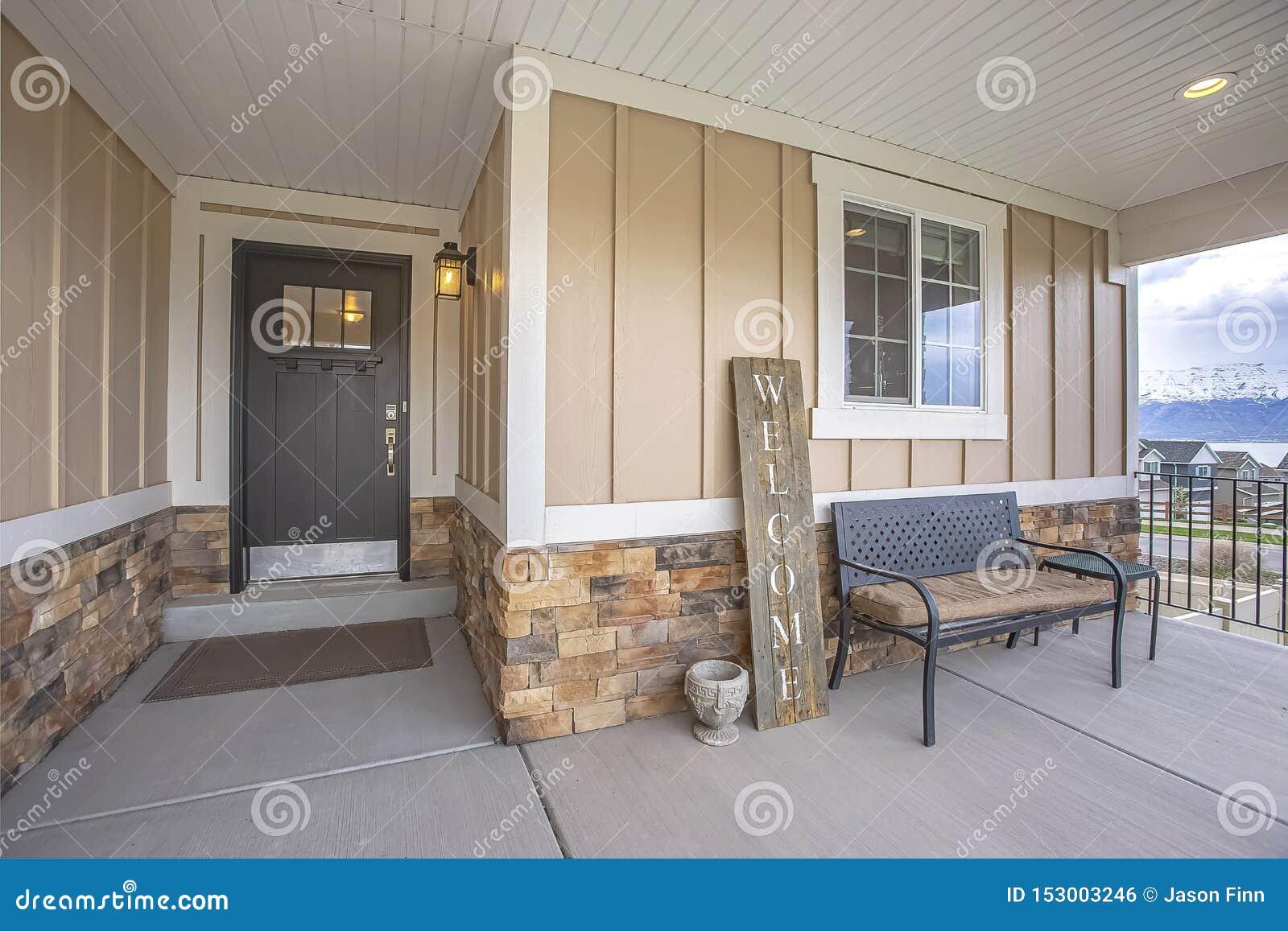 Het huis buiten met portiek en glas paned houten voordeur
