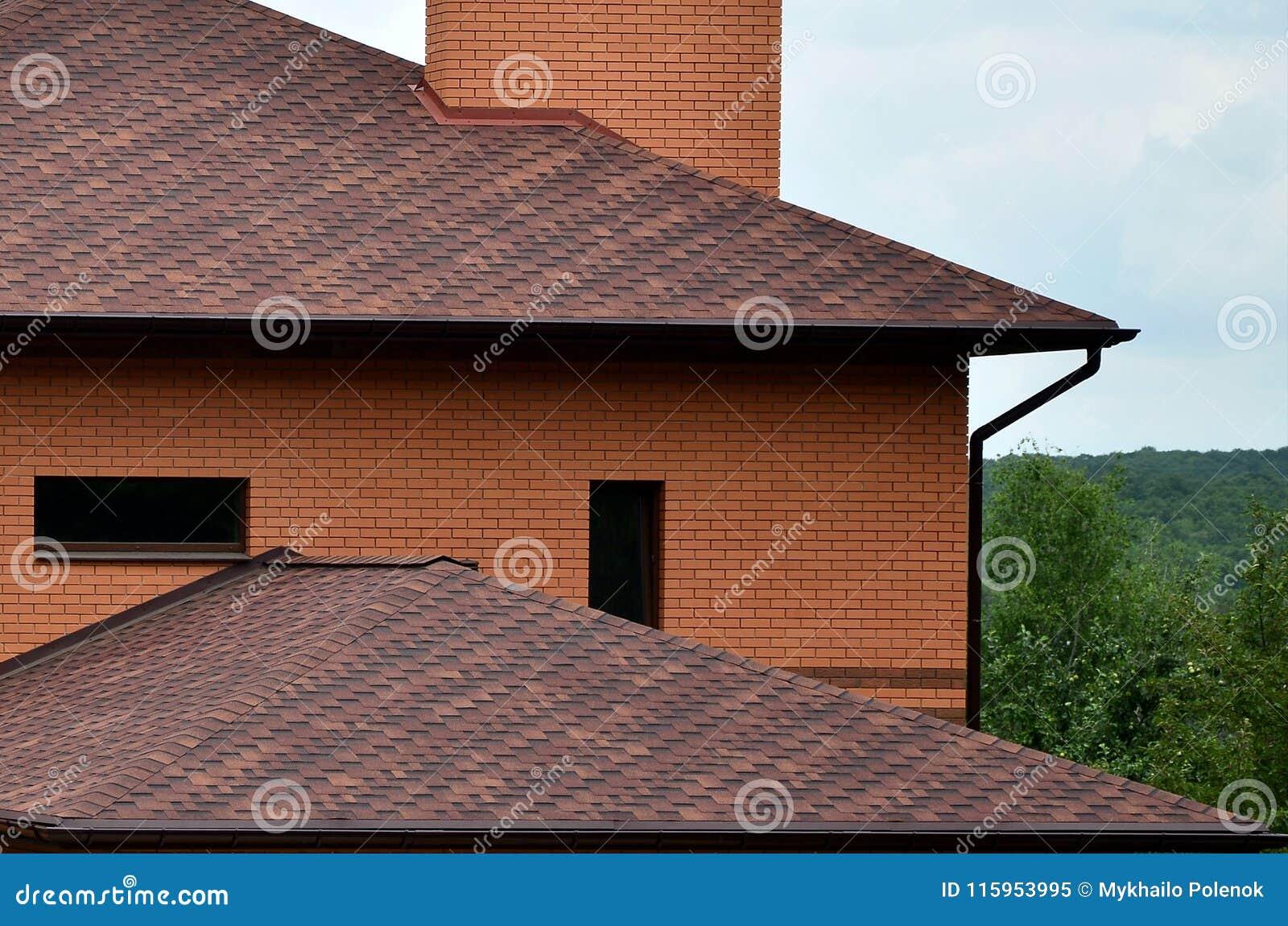 Het huis is uitgerust met het dakwerk van uitstekende kwaliteit van de tegels van het dakspanenbitumen Een goed voorbeeld van per