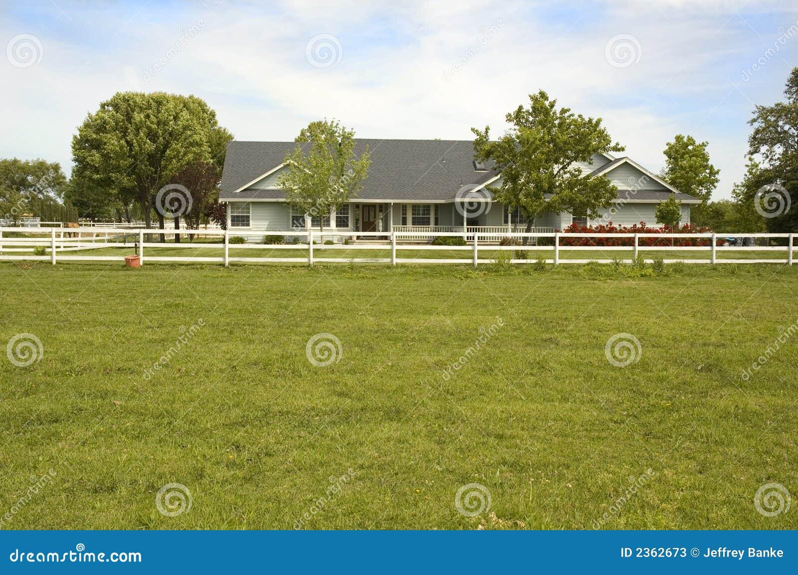 Het huis van de de boerderijstijl van het land stock afbeelding afbeelding 2362673 - Huis van de cabriolet ...