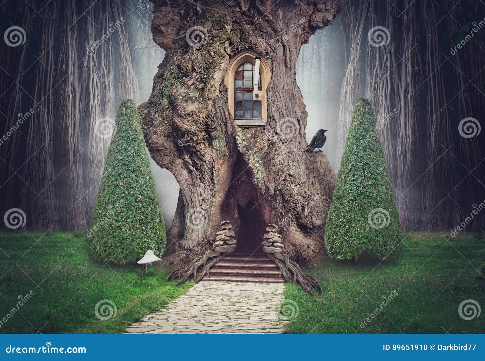 Het huis van de feeboom in fantasie donker bos