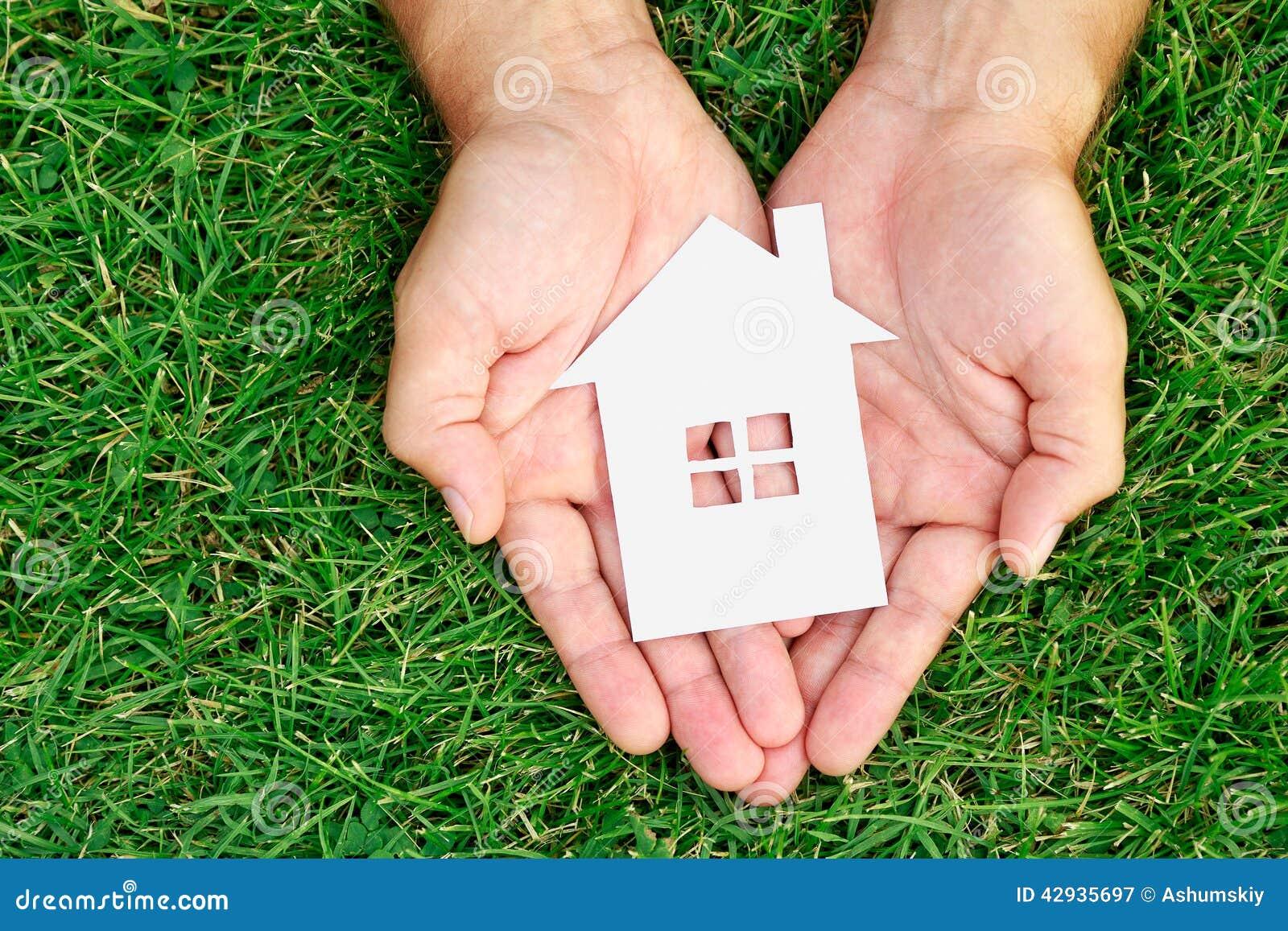 Het huis van de handgreep tegen groen gebied