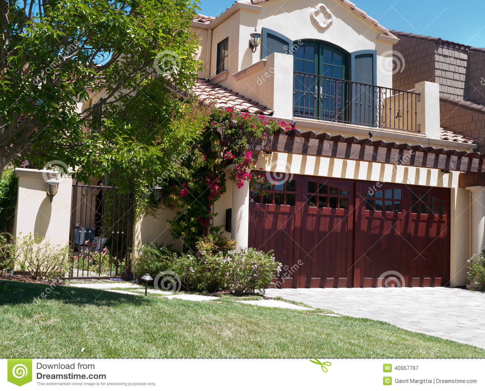 Het huis van de luxe met grote frontyard