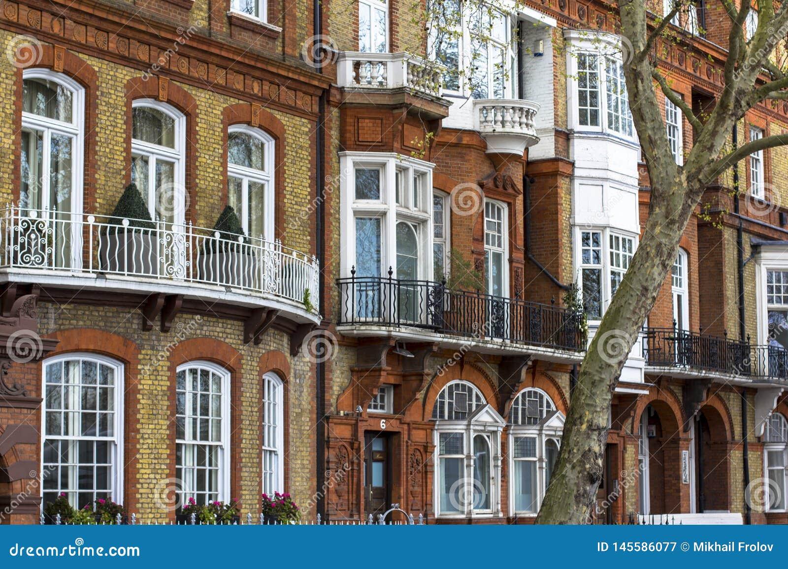 Het huis van de luxebaksteen met witte vensters op stil gebied in centraal Londen Flats op de banken van de Theems