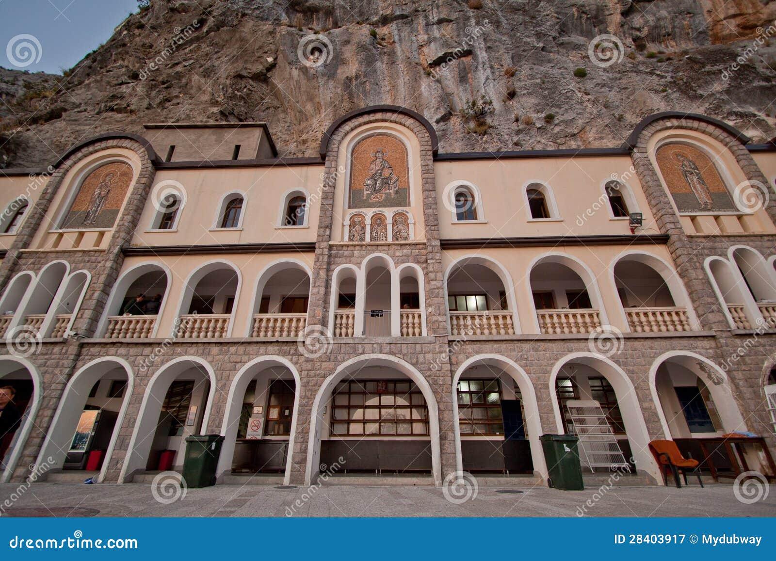 Het huis van de pelgrim het hogere klooster van ostrog montenegro stock afbeelding - Huis van het wereldkantoor newport ...