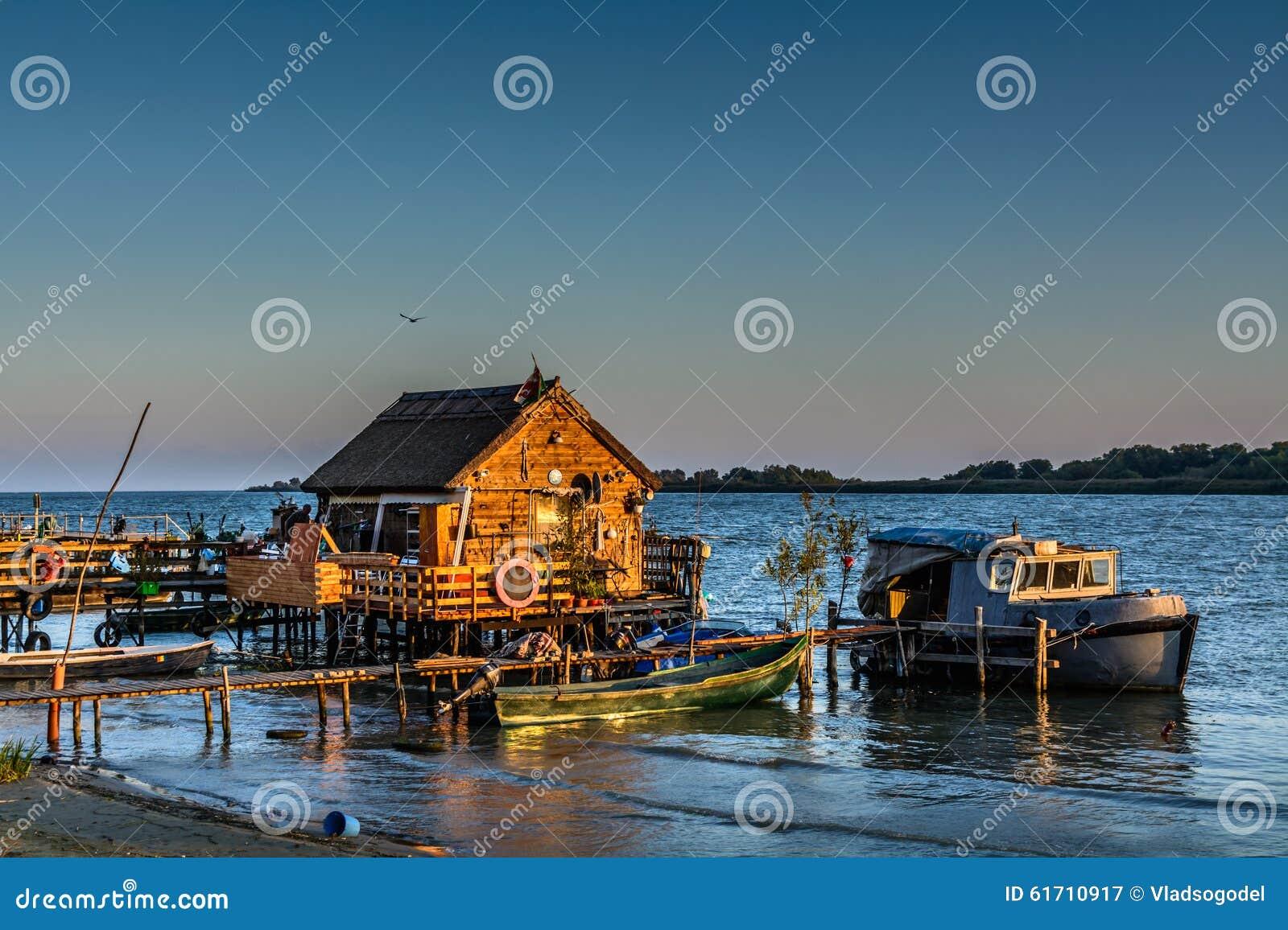Het huis van de visser het oude dok en de boot op het meer rustic stock afbeelding afbeelding - Huis van het wereldkantoor newport ...